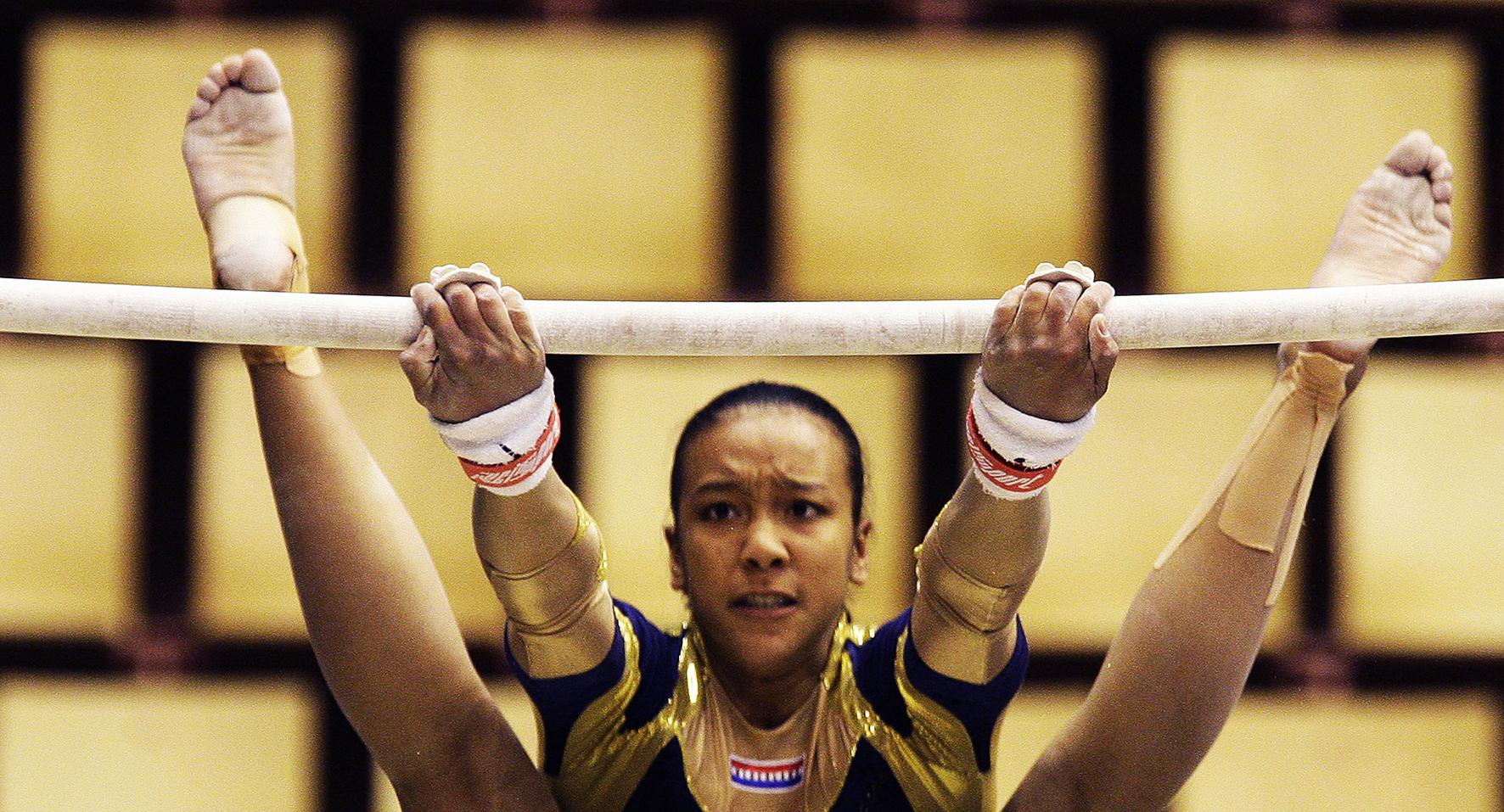 Op deze foto zie je Lichelle Wong in actie op onderdeel brug donderdag tijdens de kwalificaties in Maison des Sports, de turnhal van het EK. De Europese Kampioenschappen turnen voor vrouwen in het Franse Clermont-Ferrand zijn van 3 tot en met 6 april.