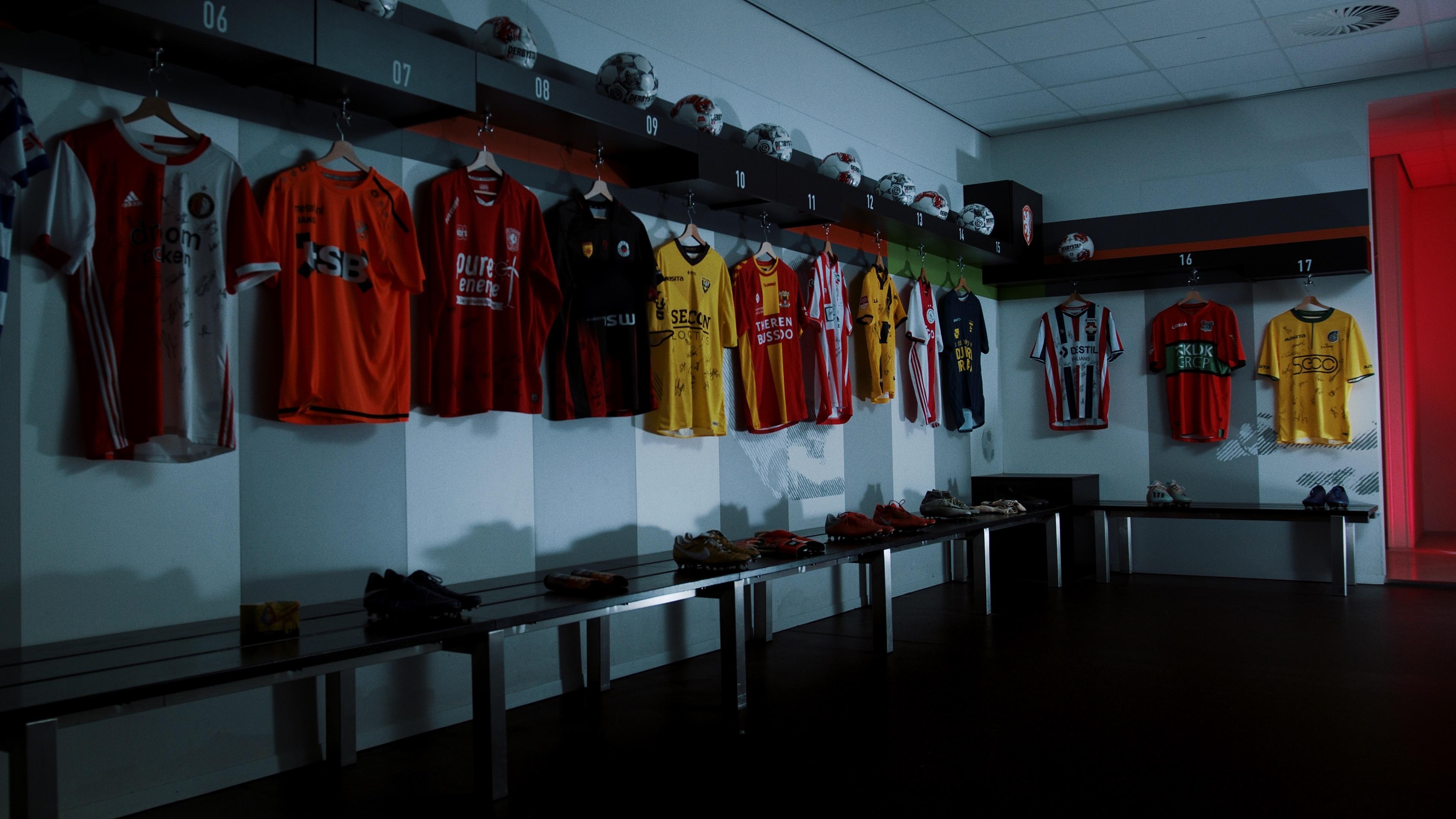 Een foto van een kleedkamer vol voetbalshirts