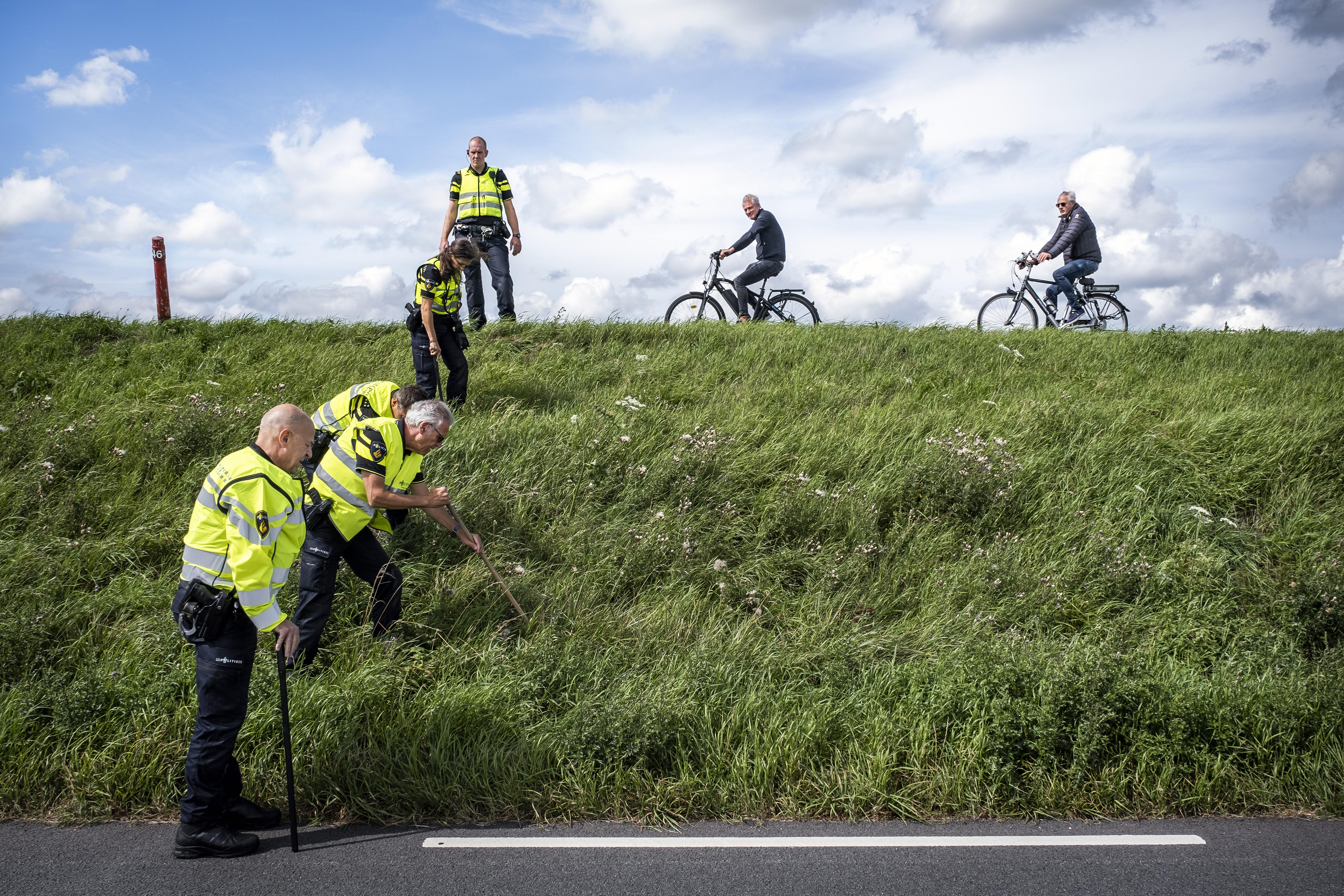 Een foto van politiemensen die een berm bij Marken uitkammen