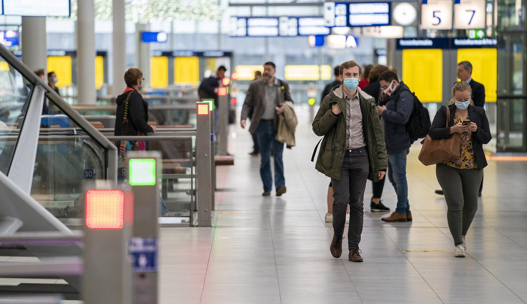 Op deze foto zie je Reizigers op station Utrecht Centraal.