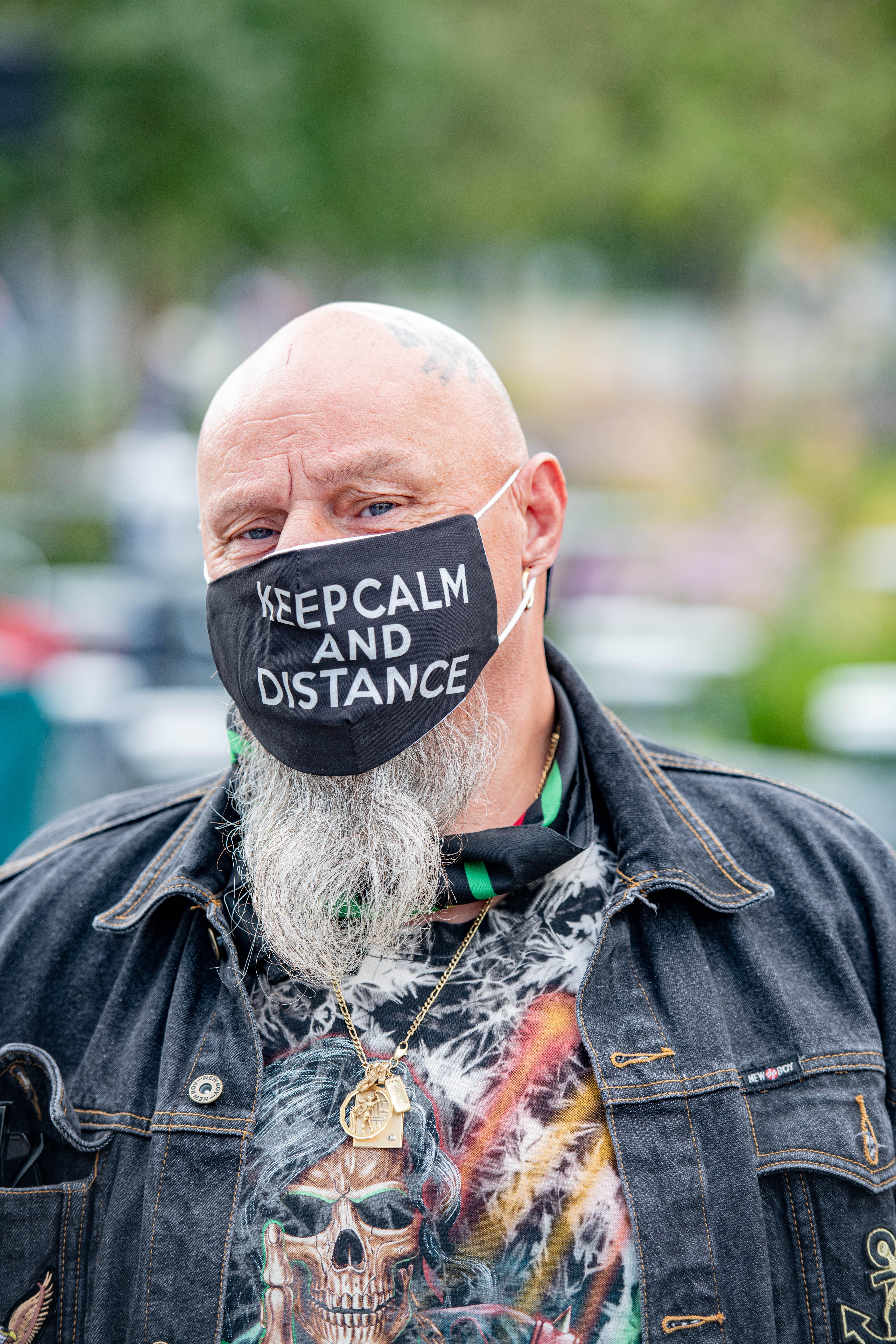Een foto van een man met een mondkapje op een markt in Antwerpen
