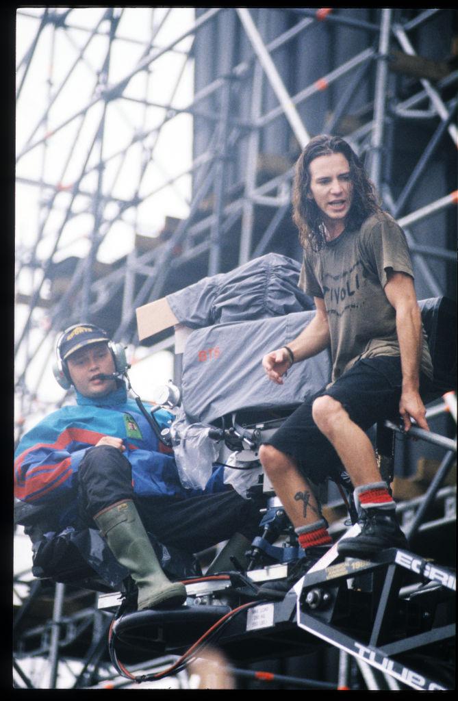 Een foto van Eddie Vedder, vlak voor zijn sprong op Pinkpop in 1992