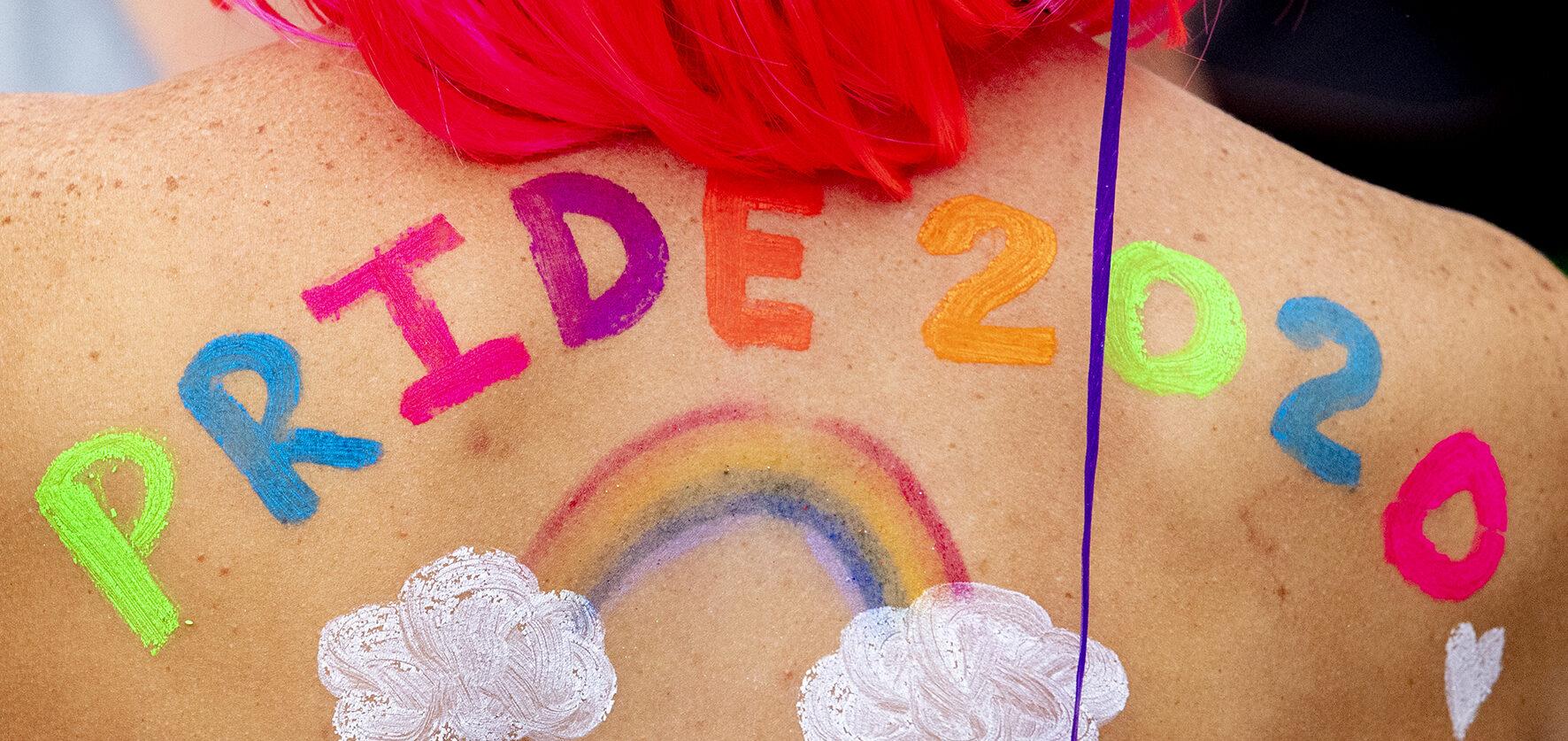 Op deze foto zie je iemand gesminkt tijdens de Gay Pride 2020