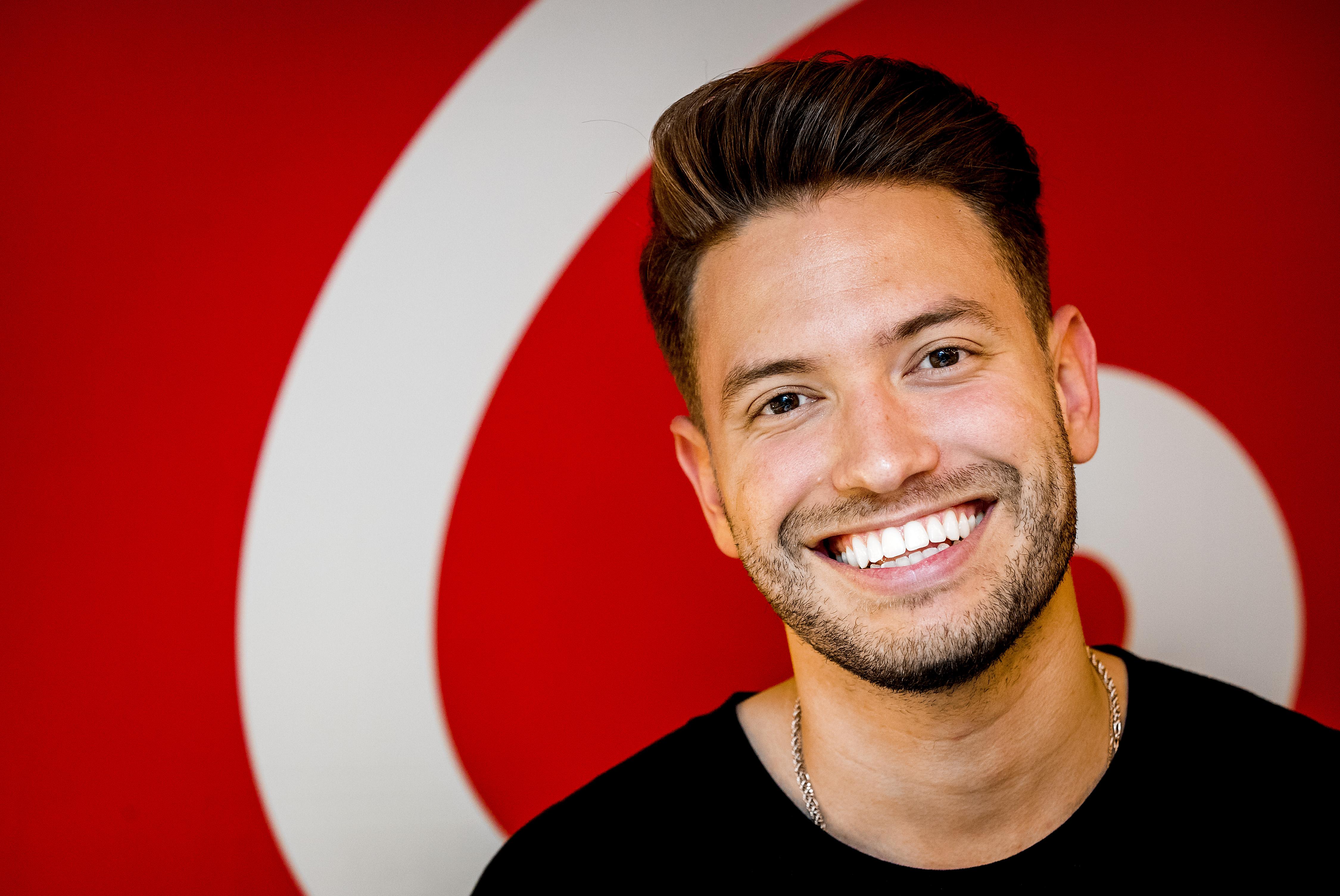 Een foto van Rolf Sanchez met stralende glimlach