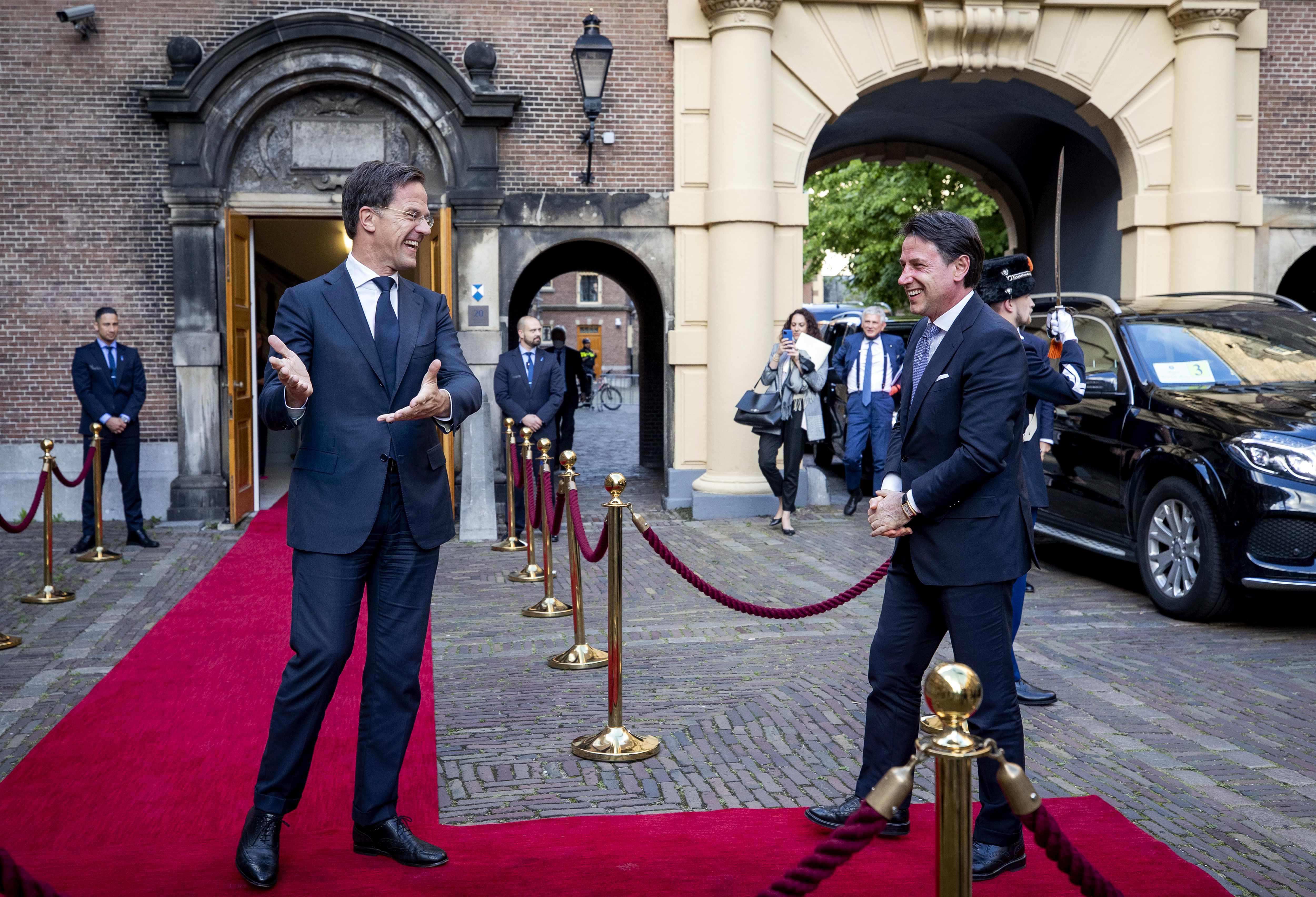 Een foto van Mark Rutte die premier Conte van Italië ontvangt.