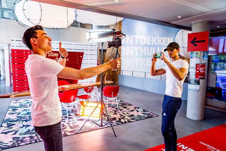 Een foto van twee jongeren op de BNNVARA Talentday