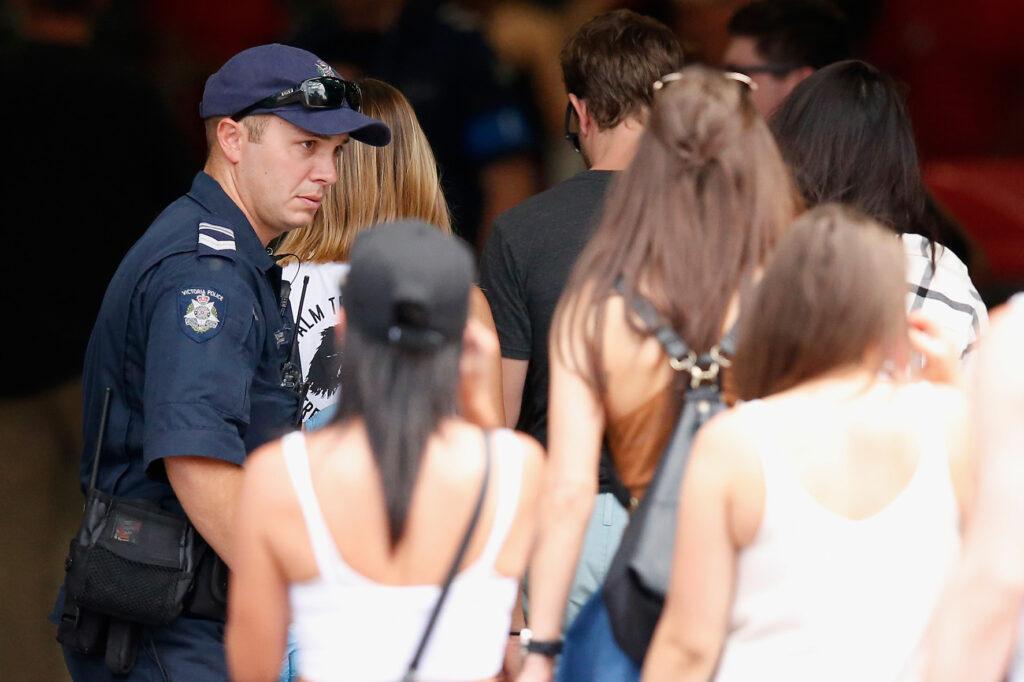 Op deze foto zie je een politiehonden tijdens een festival in Australie ruiken aan festivalgangers.