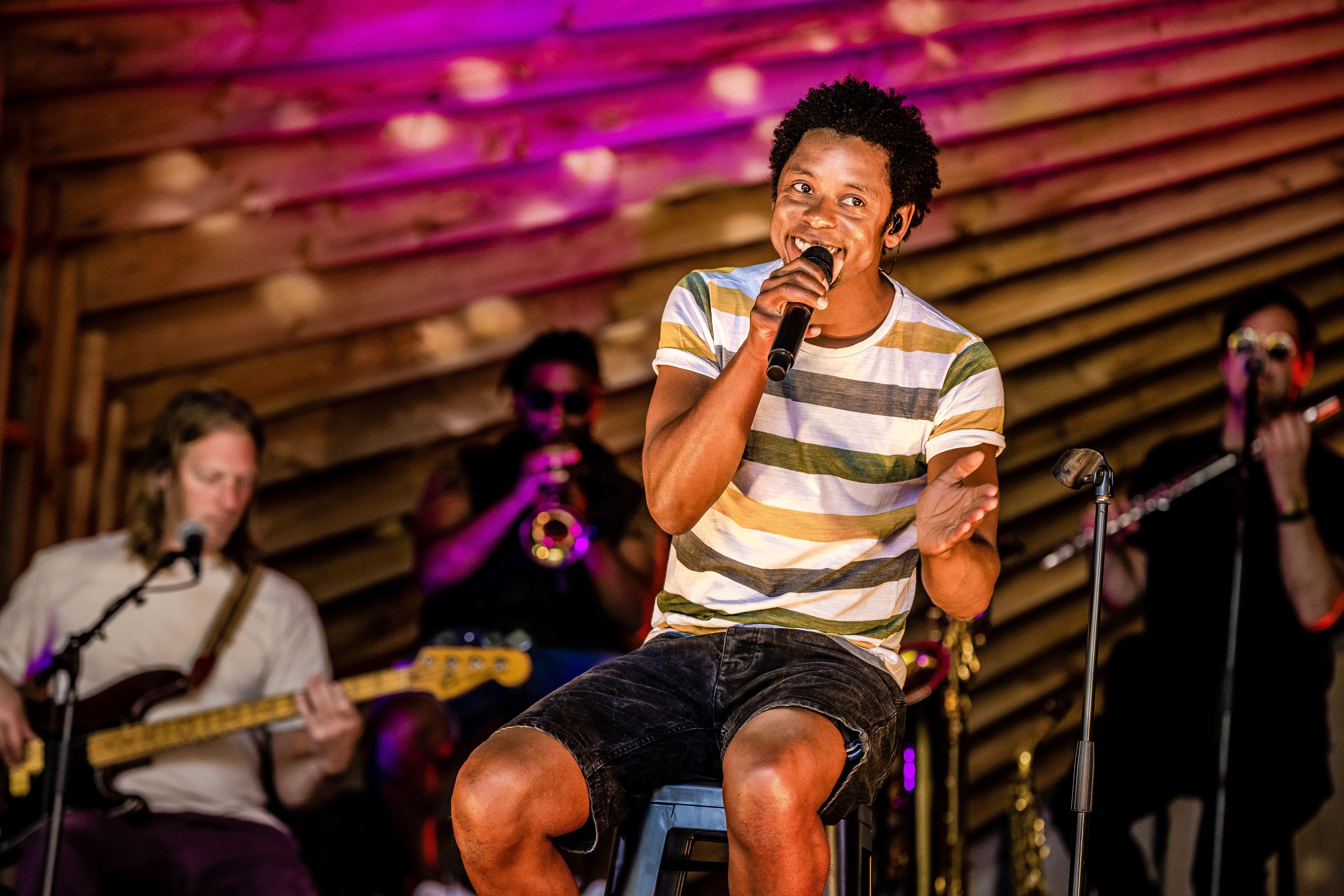 Typhoon zingt op het podium tijdens zijn openluchtconcert