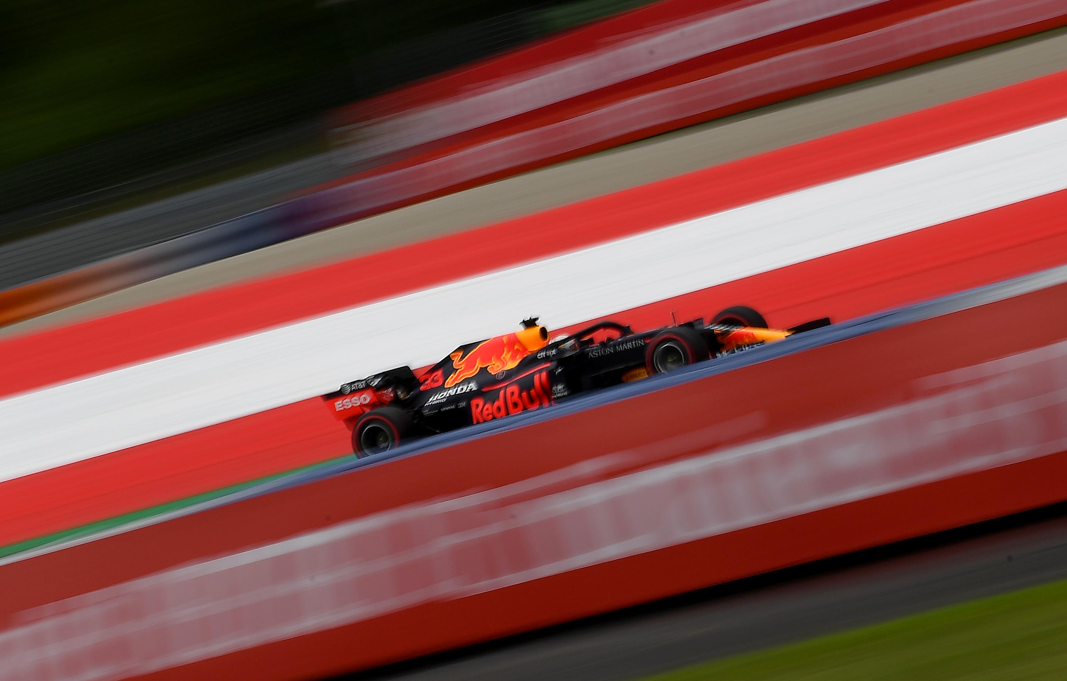 Een foto van een racende Max Verstappen in Oostenrijk