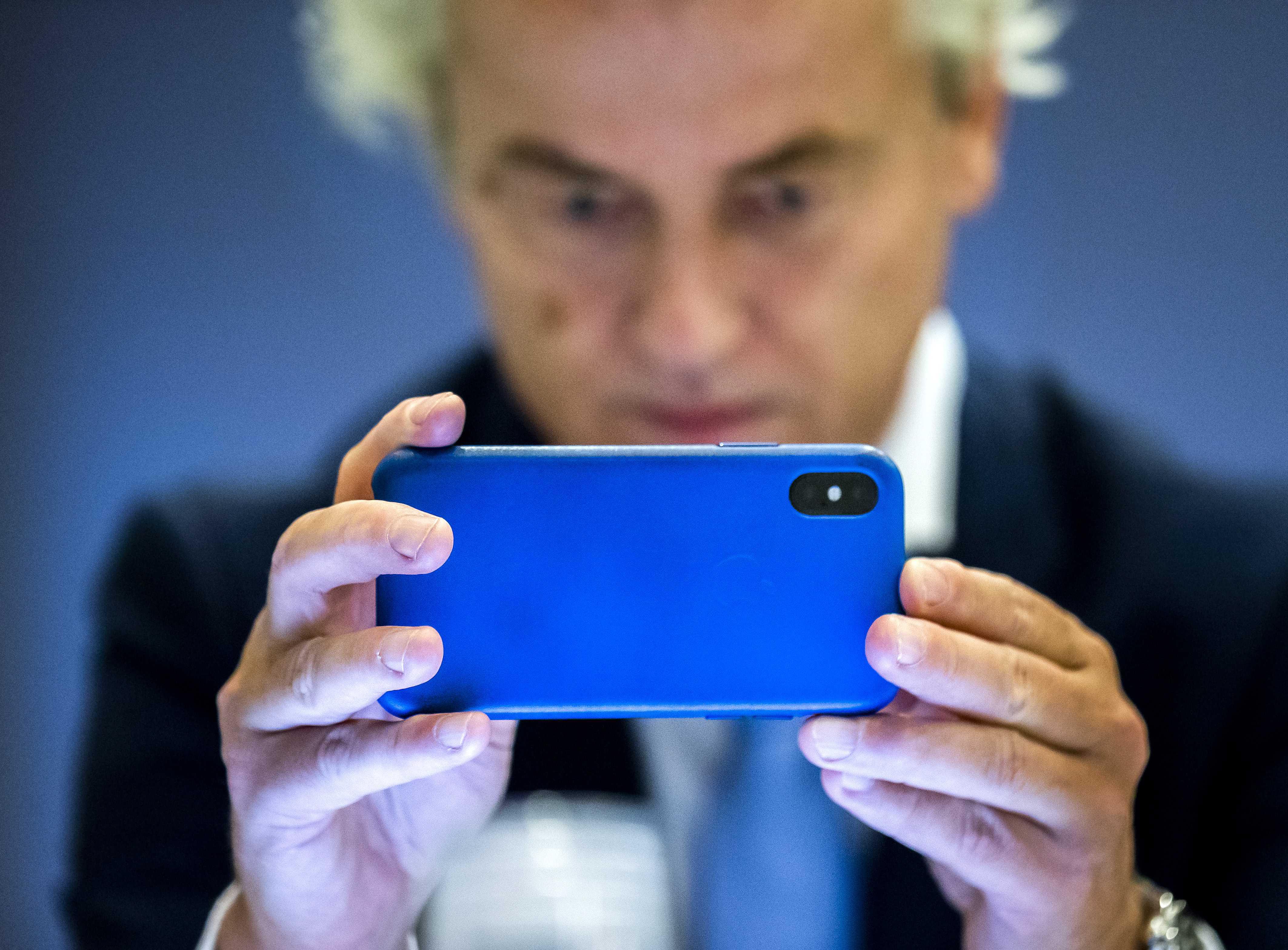 Een foto van Geert Wilders met zijn smartphone
