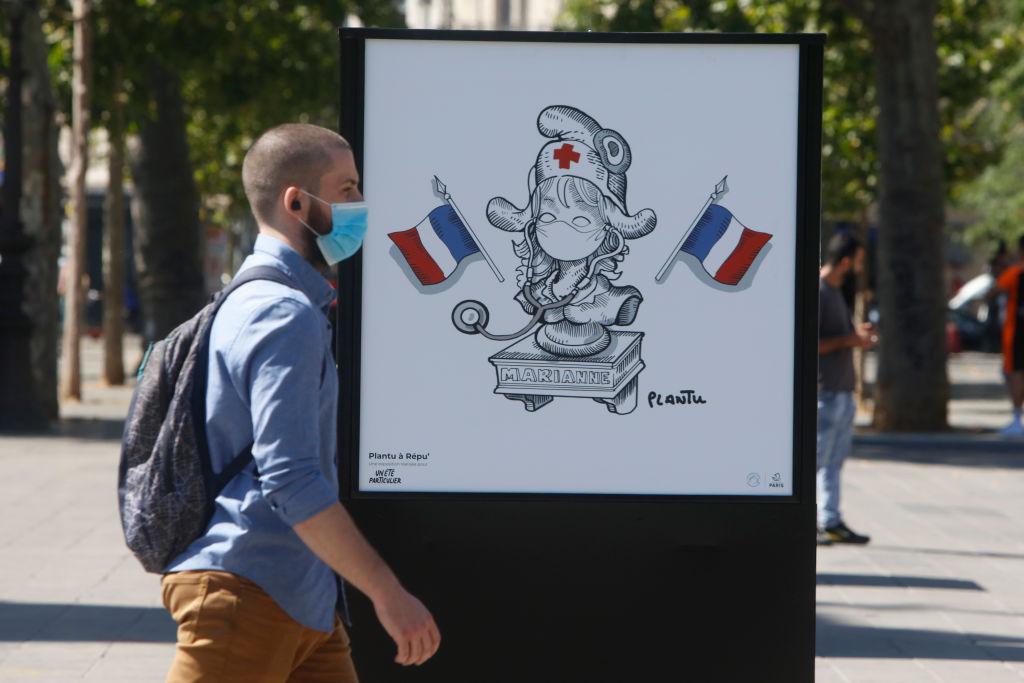 Een foto van een mondkapje van een man op straat in Parijs