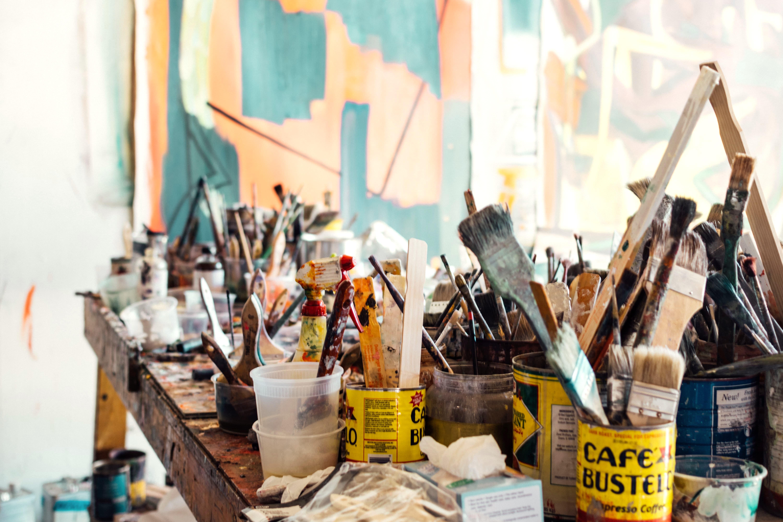 Een foto van een atelier in een blokhut