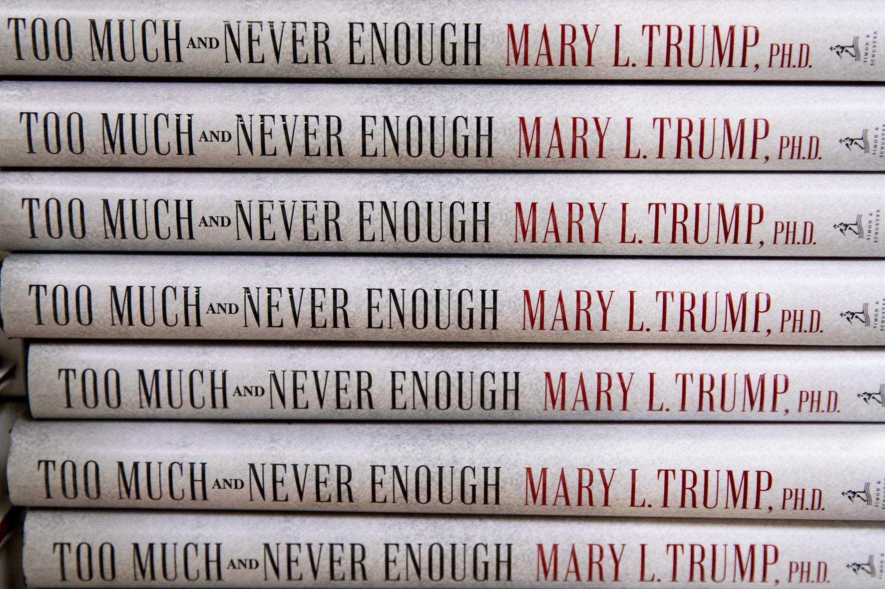 """Op deze foto zie je het boek """"Too Much and Never Enough: How My Family Created the World's Most Dangerous Man' by Mary Trump"""" van de nicht van presidetn Trump."""
