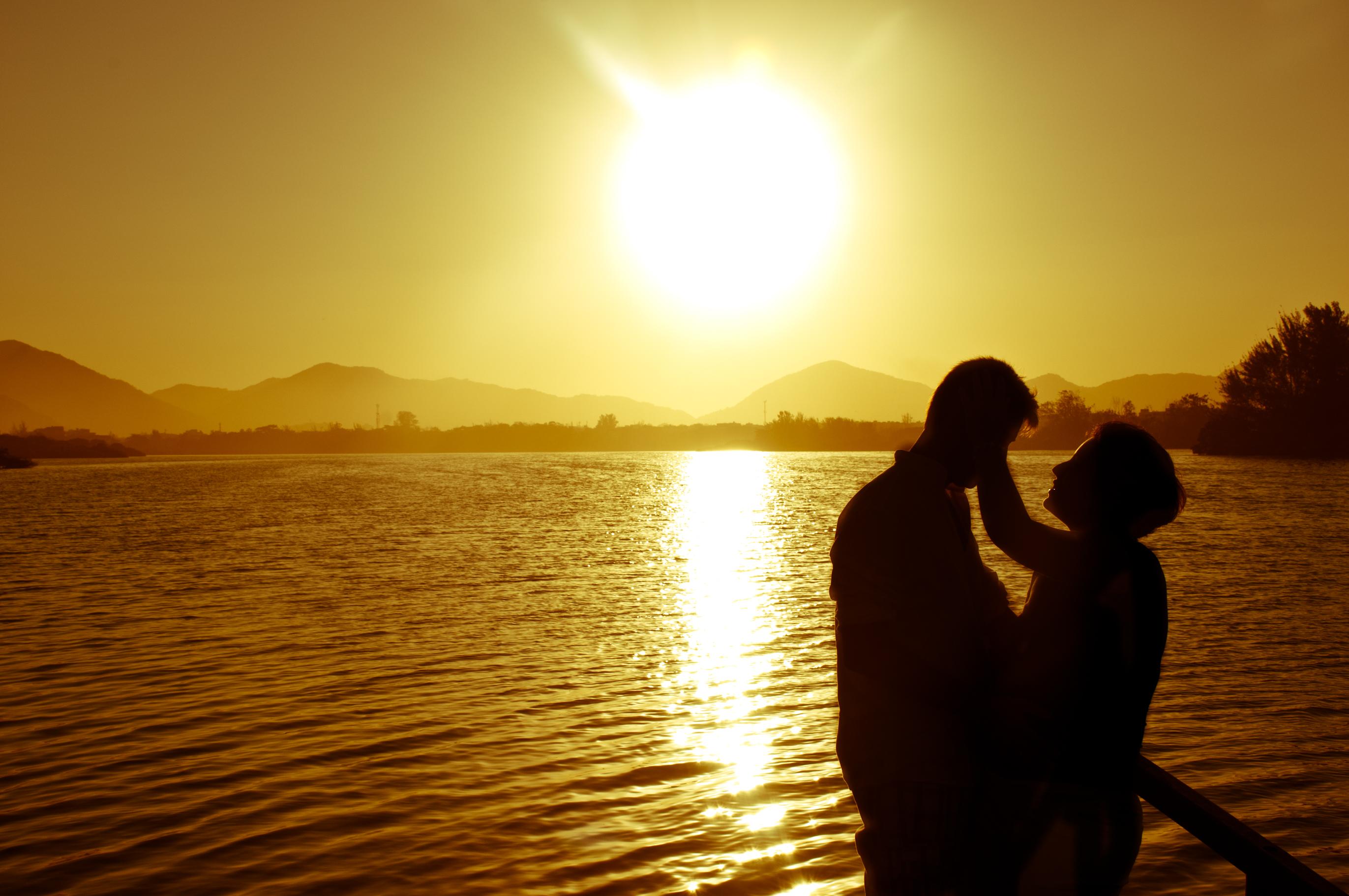 Een foto van een liefdeskoppel bij zonsondergang