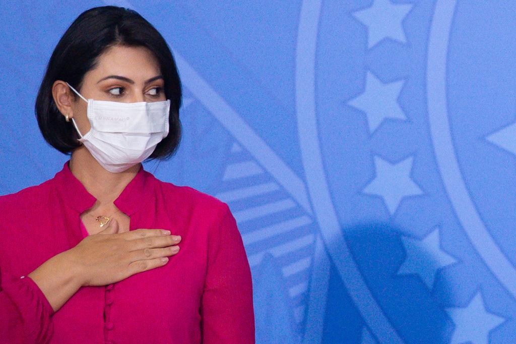 Een foto van Michelle Bolsonaro met een mondkapje