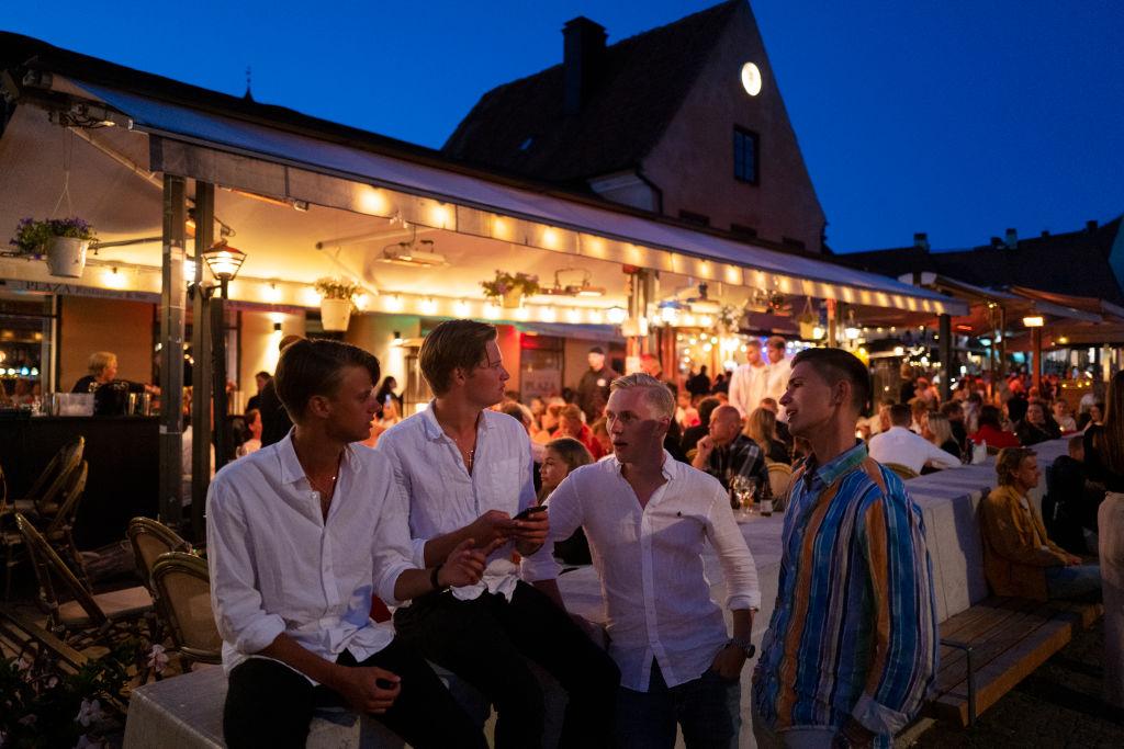 Een foto van een feestje buiten in Zweden