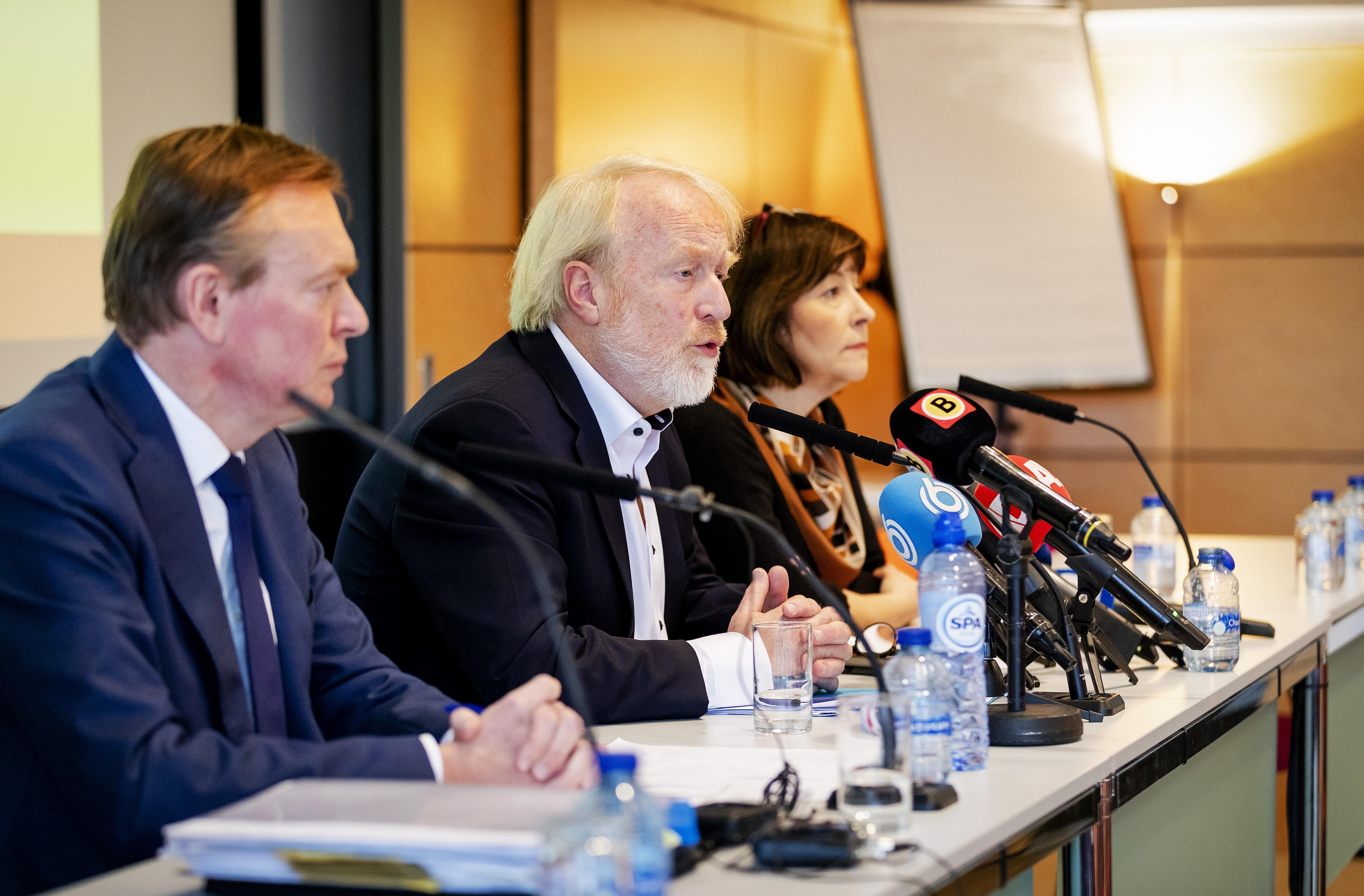Een foto van Aura Timen met ex-minister Bruno Bruins en Jaap van Dissel van het RIVM.