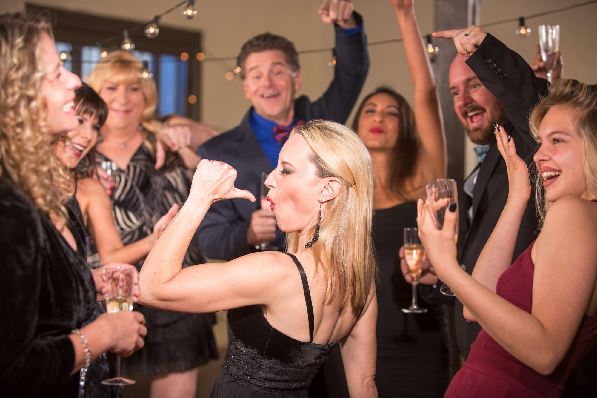 Een foto van dansende mensen op een bruiloft