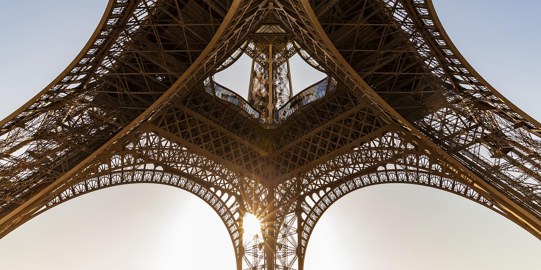 Op deze foto zie je de eiffeltoren van onderen.