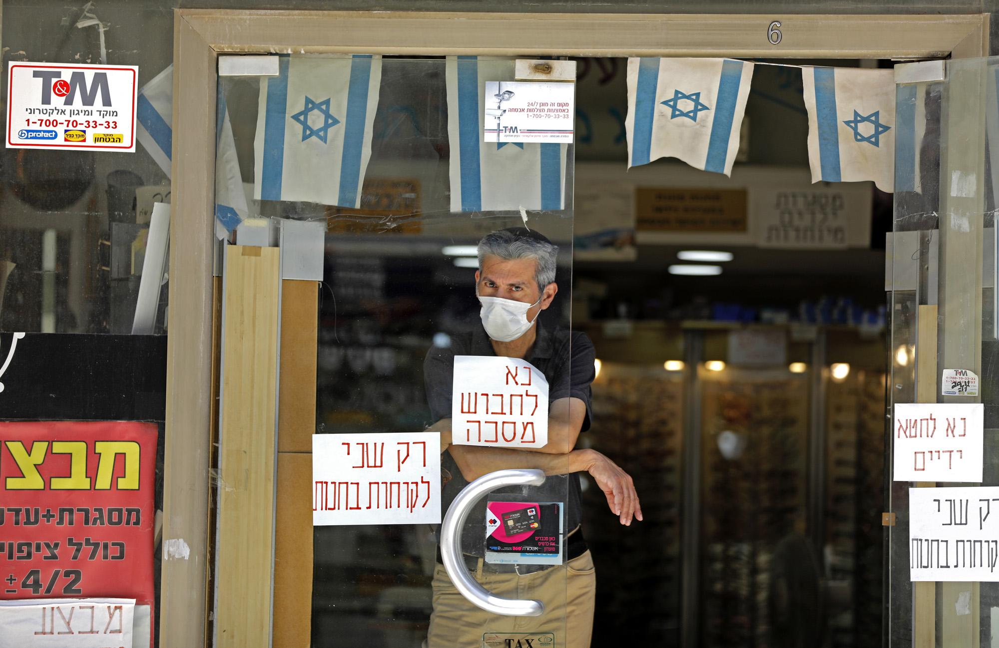 Een foto van een man met een mondkapje in Israël