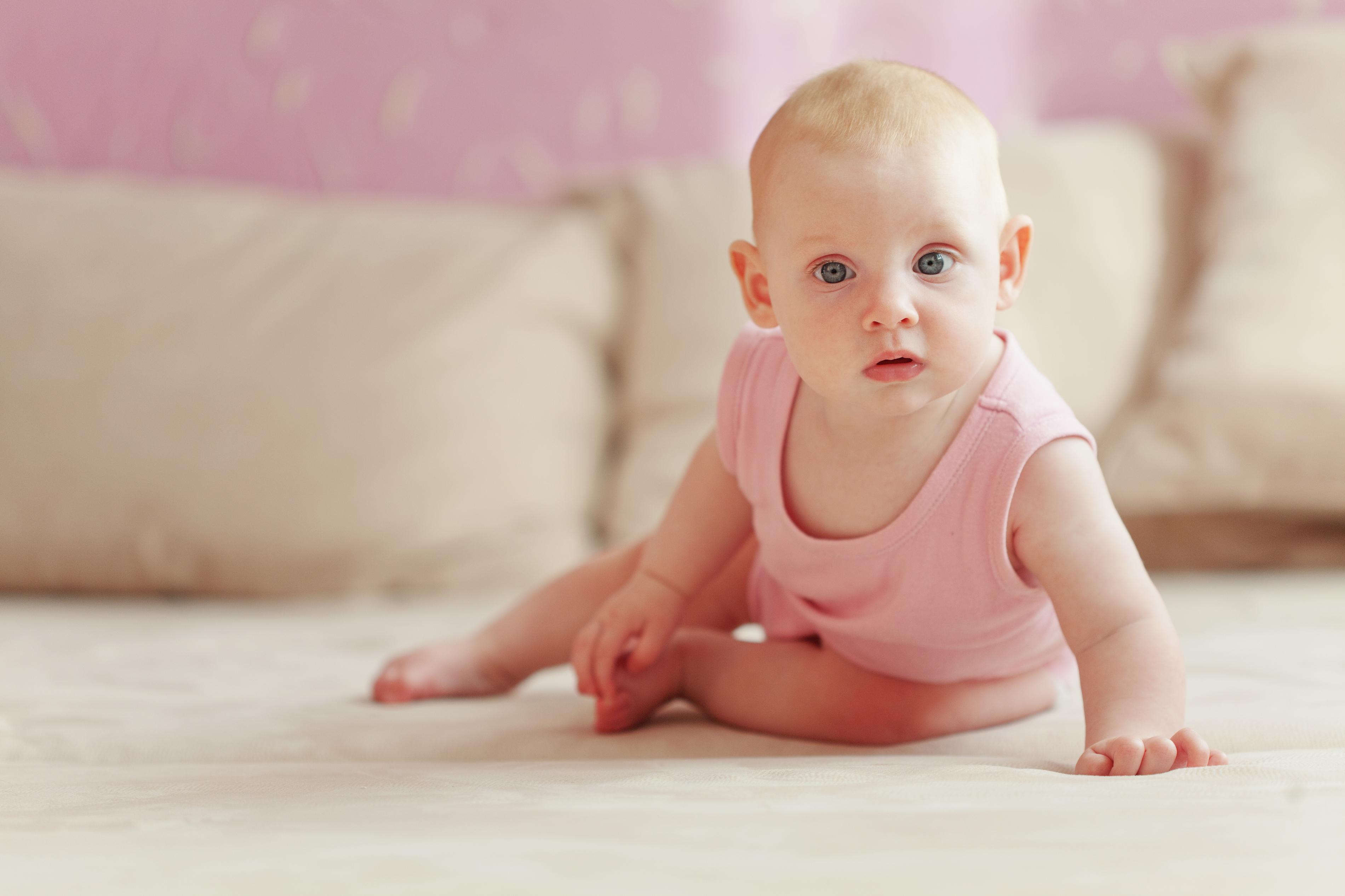 Een foto van een kruipende baby