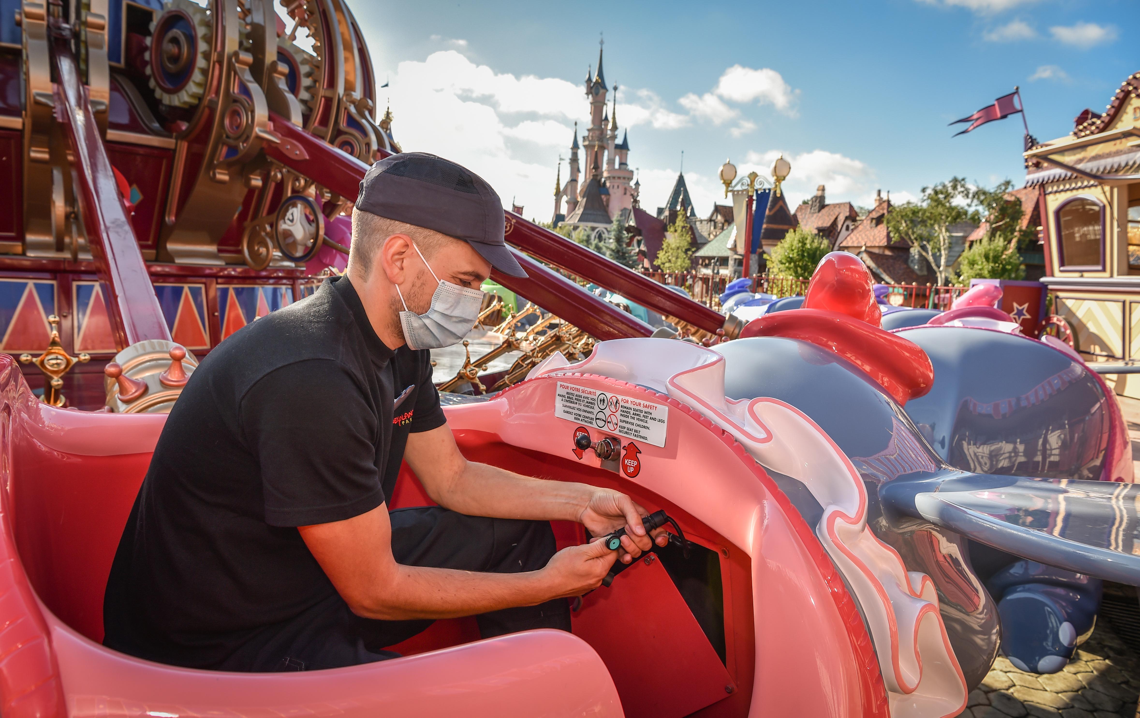Onderhoudsmedewerkers waren gewoon aan het werk in Disneyland Paris.