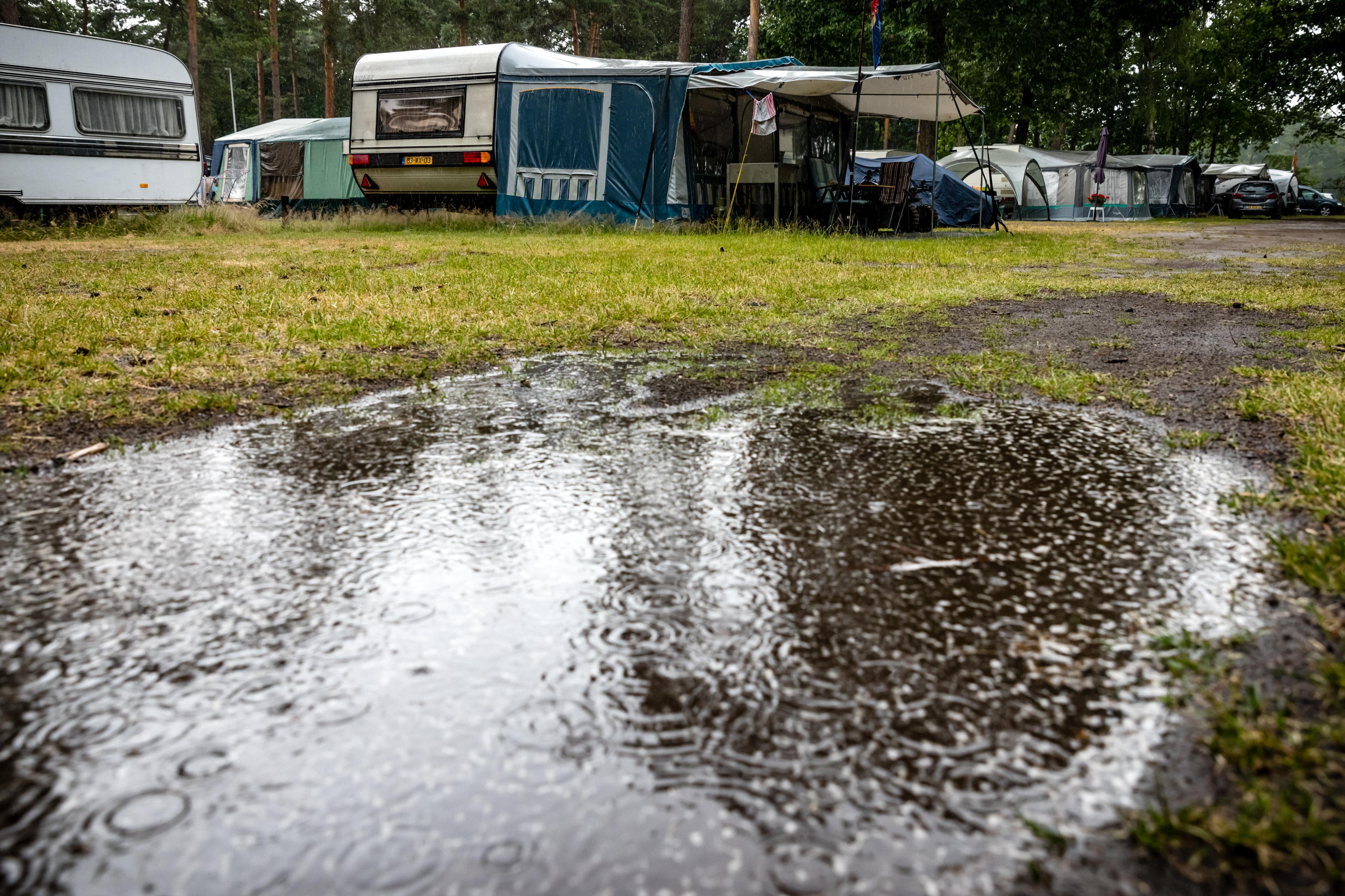 Een foto van een plas water op een camping