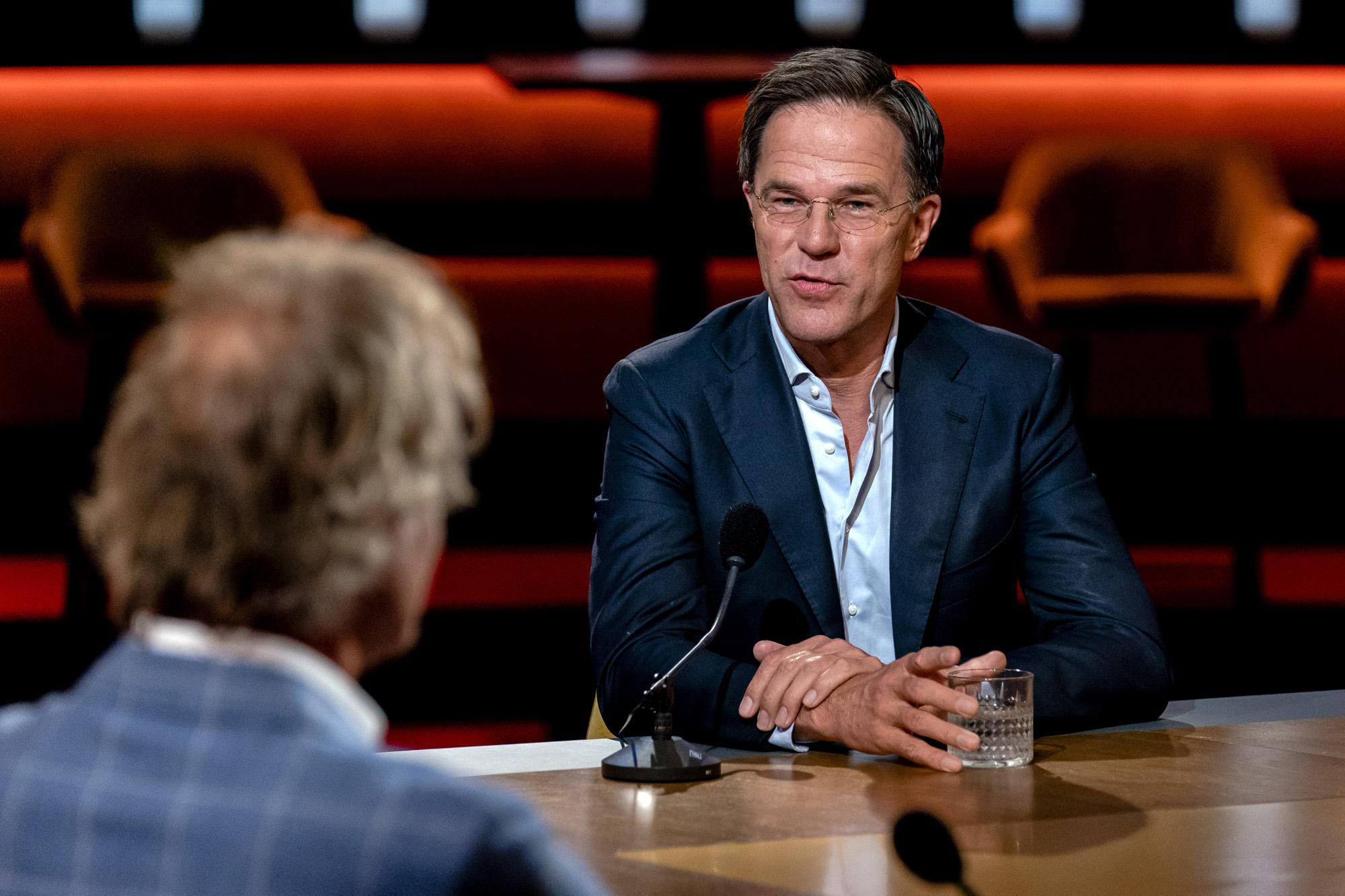 Een foto van Mark Rutte aan tafel in in Op1