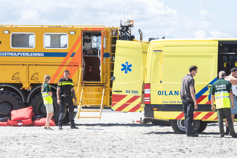Een foto van reddingsmedewerkers op het strand van Ameland