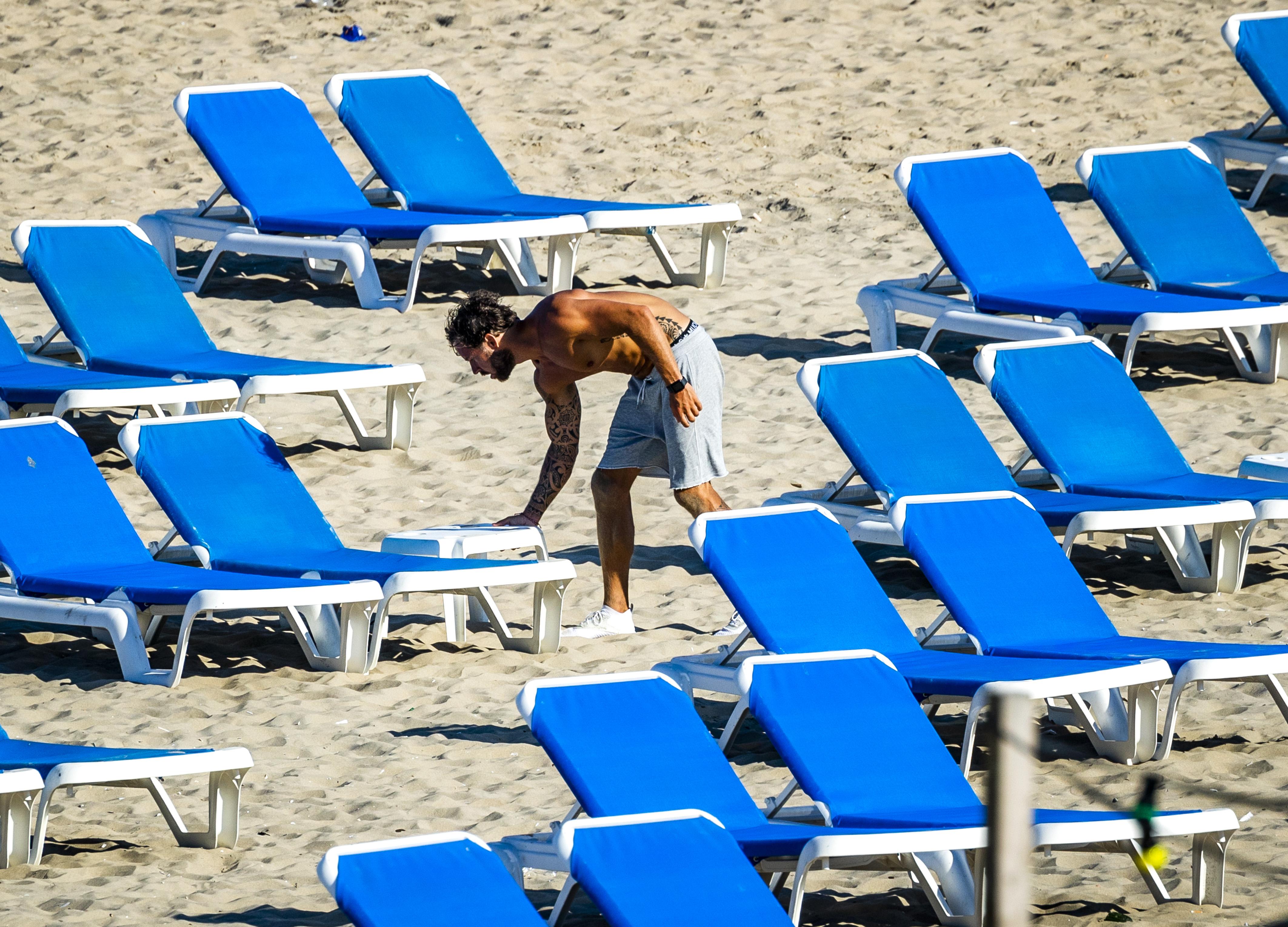Een foto van lege strandbedjes op het strand bij Zandvoort