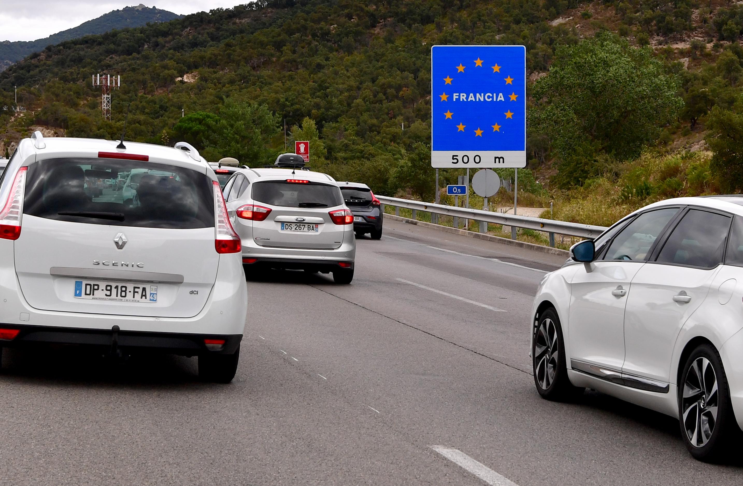 Een foto van verkeer op de grens tussen Spanje en Frankrijk