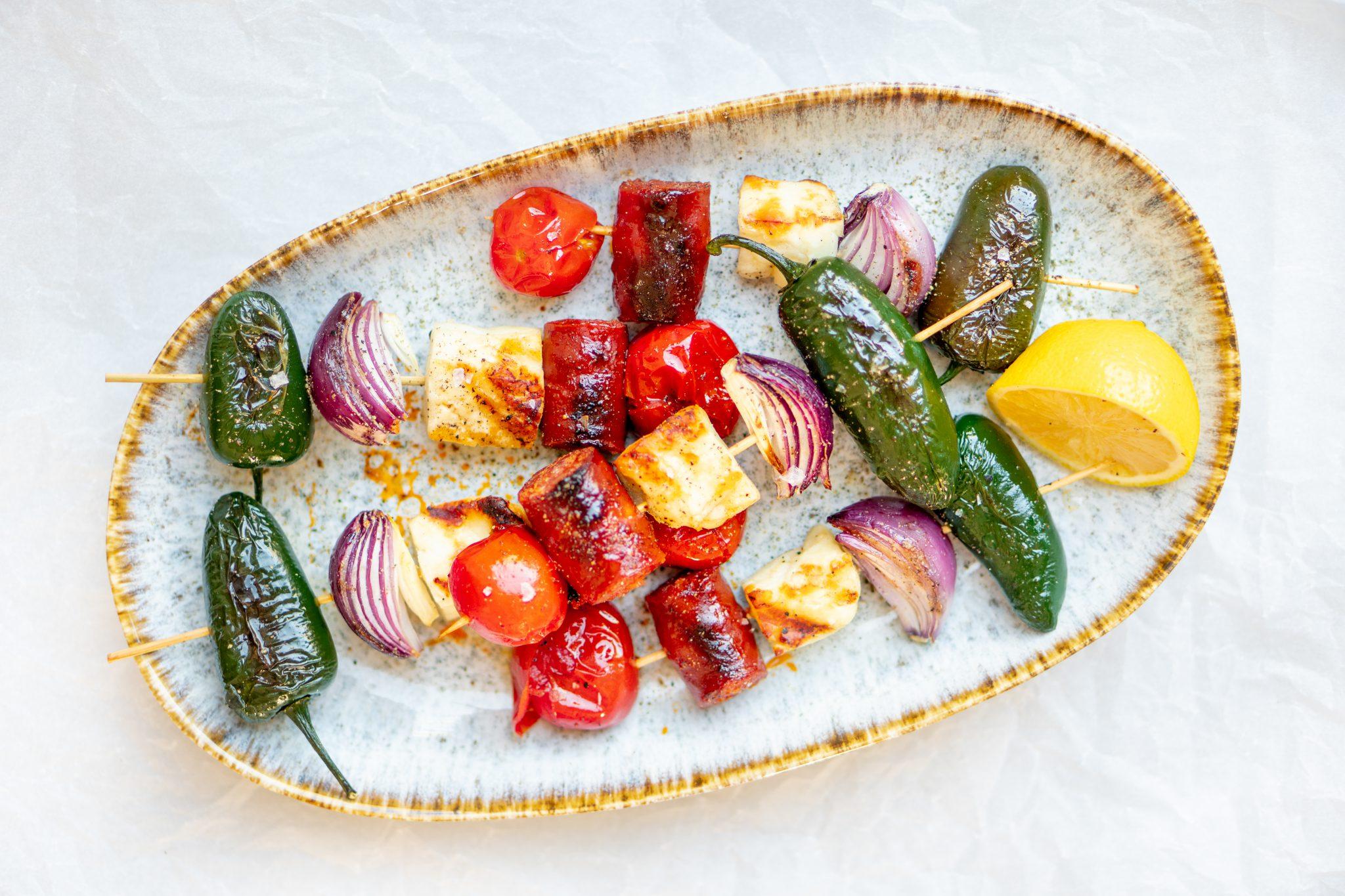 Op deze foto zie je Mediterrane barbecuespiesjes met halloumi & chorizo