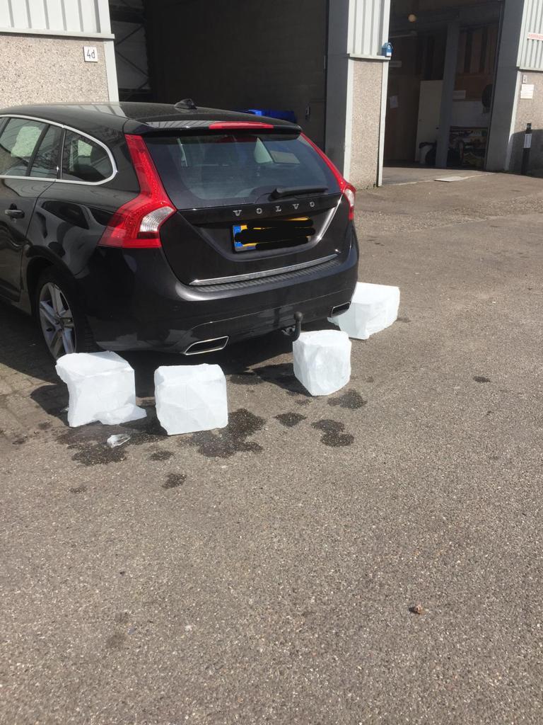 foto van auto en ijsblokken