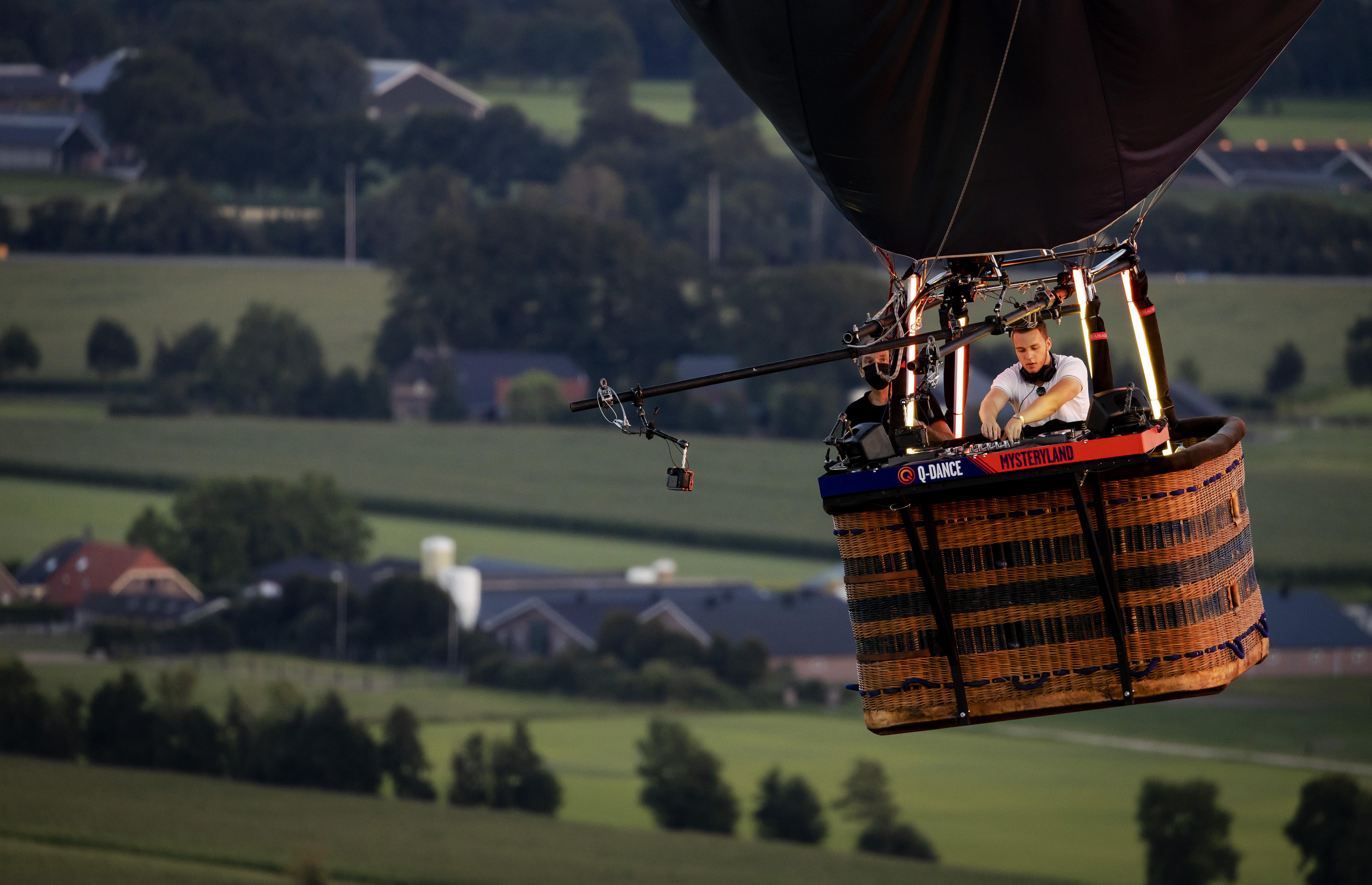 foto van dj in de lucht