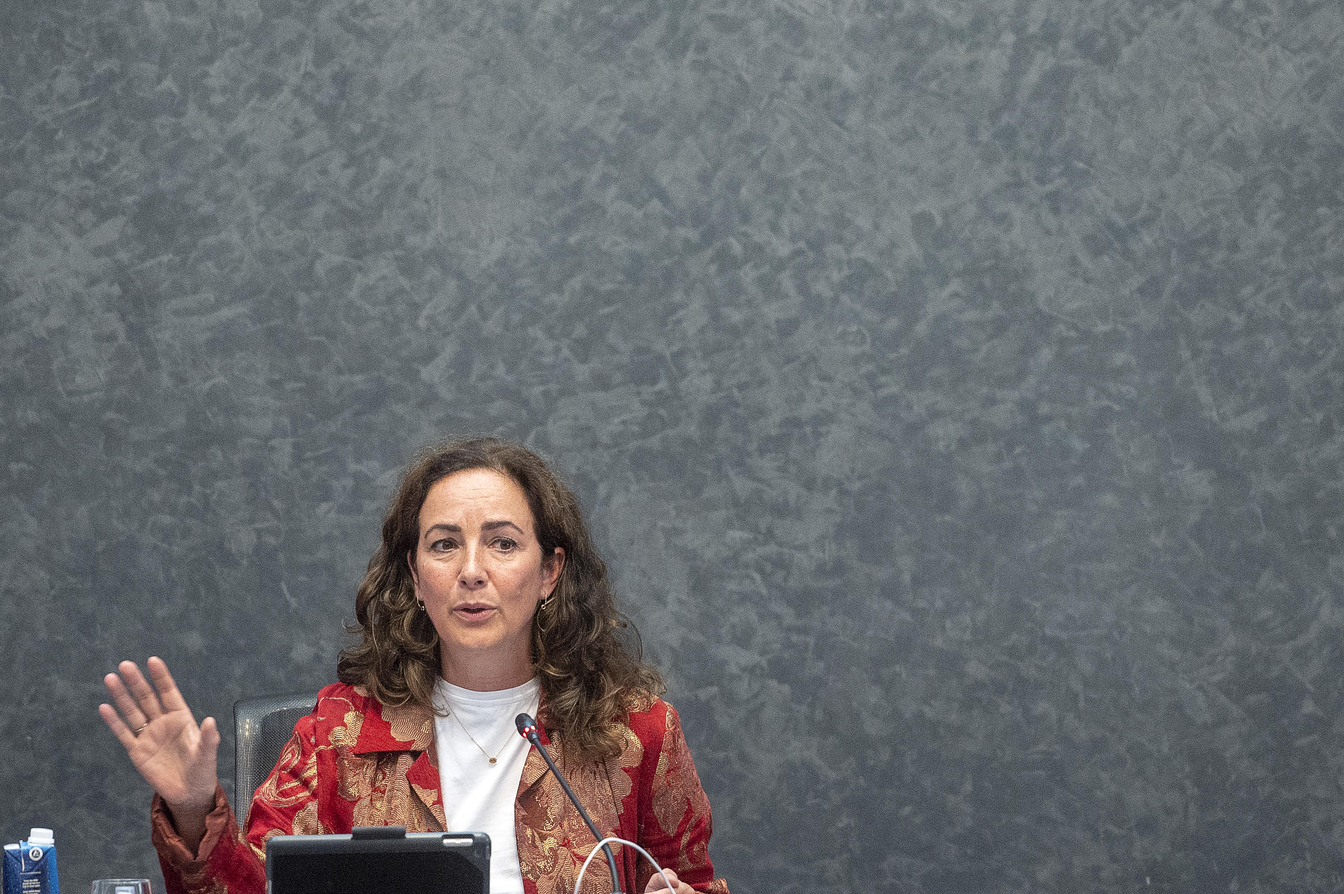Een foto van burgemeester Halsema tijdens een gemeenteraad in Amsterdam