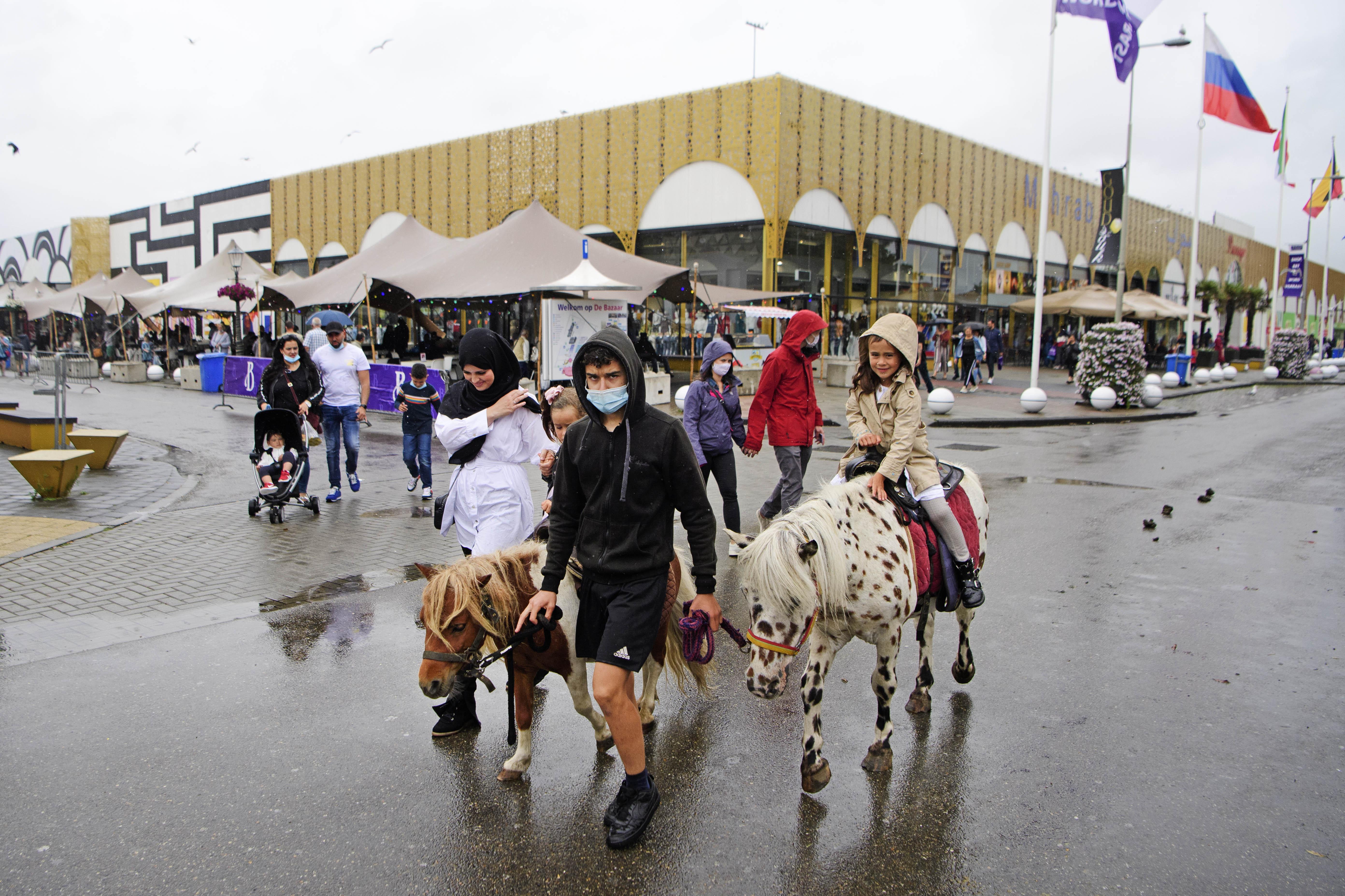 Een foto van kinderen op twee pony's voor de Bazaar in Beverwijk