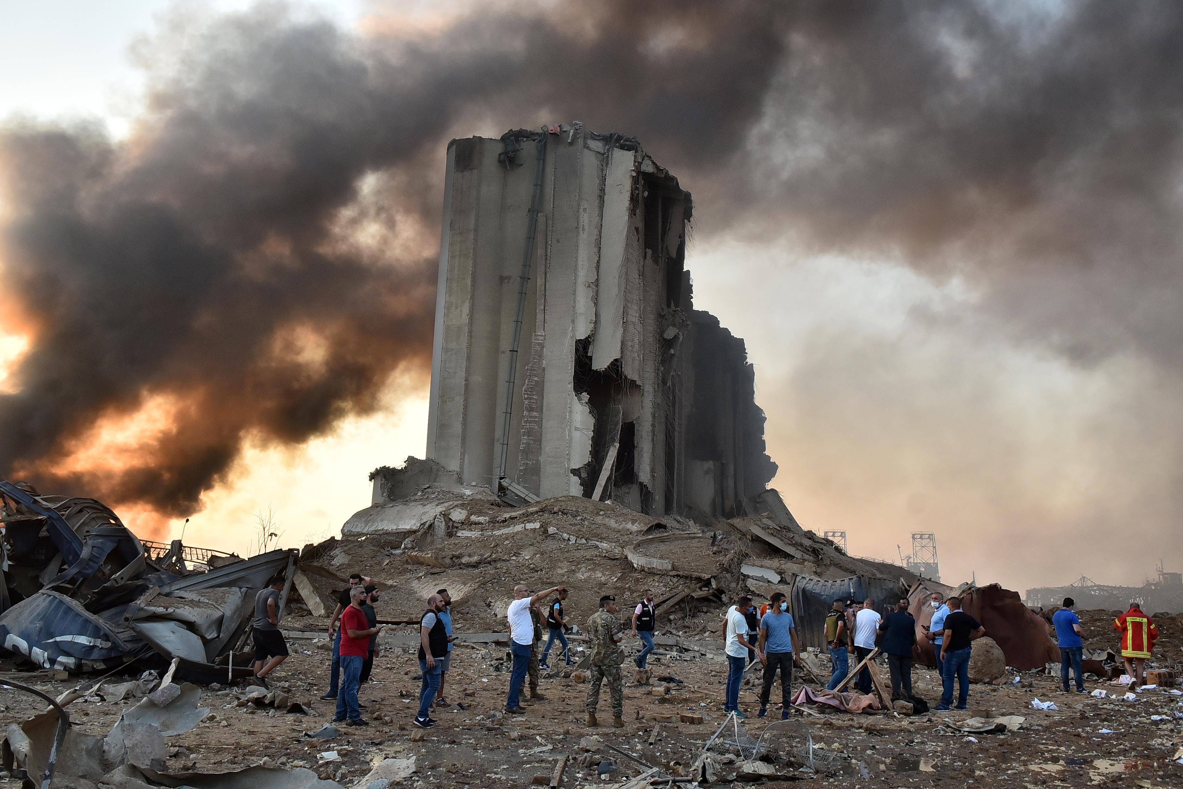 Een foto van mensen in het puin