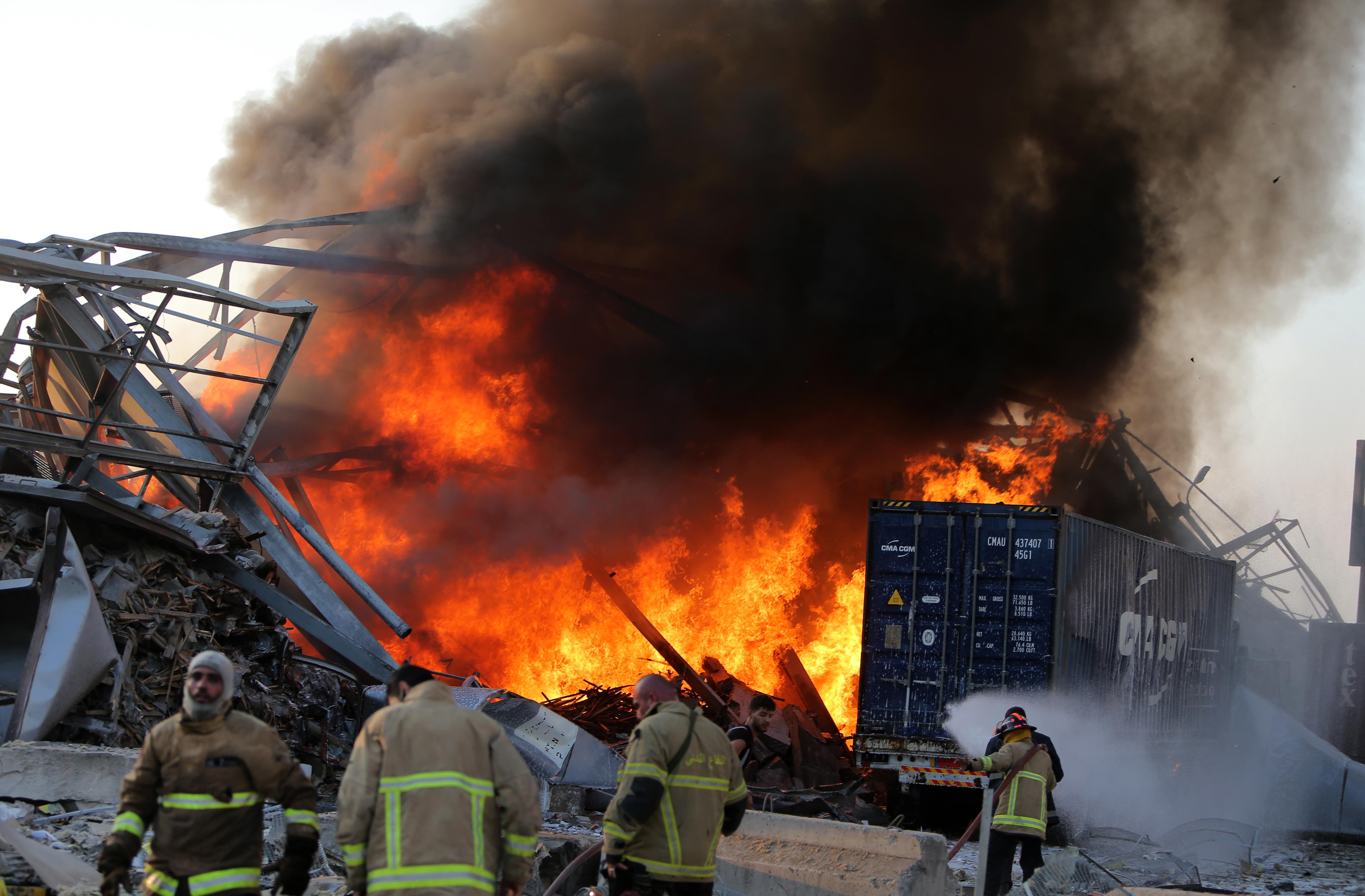 Een foto van brandweerlieden die het vuur in Beiroet bestrijden