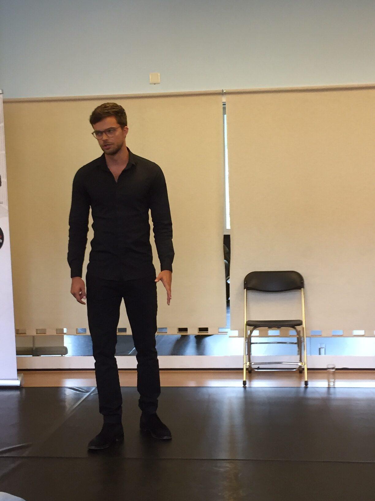 Een foto van Buddy Vedder tijdens de repetitie