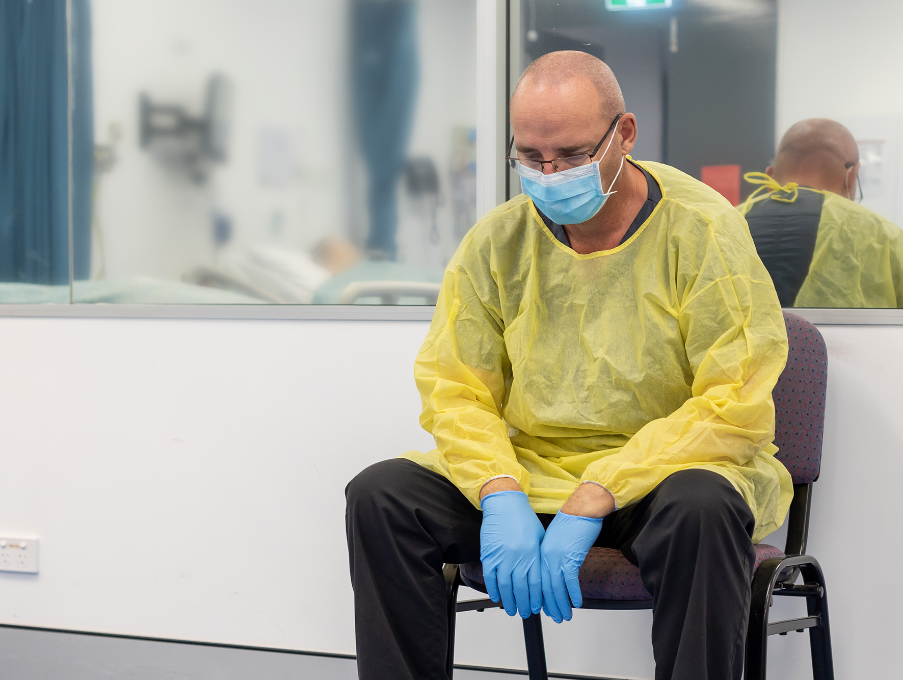 Een ziekenhuismedewerker die moe is tijdens de corona crisis