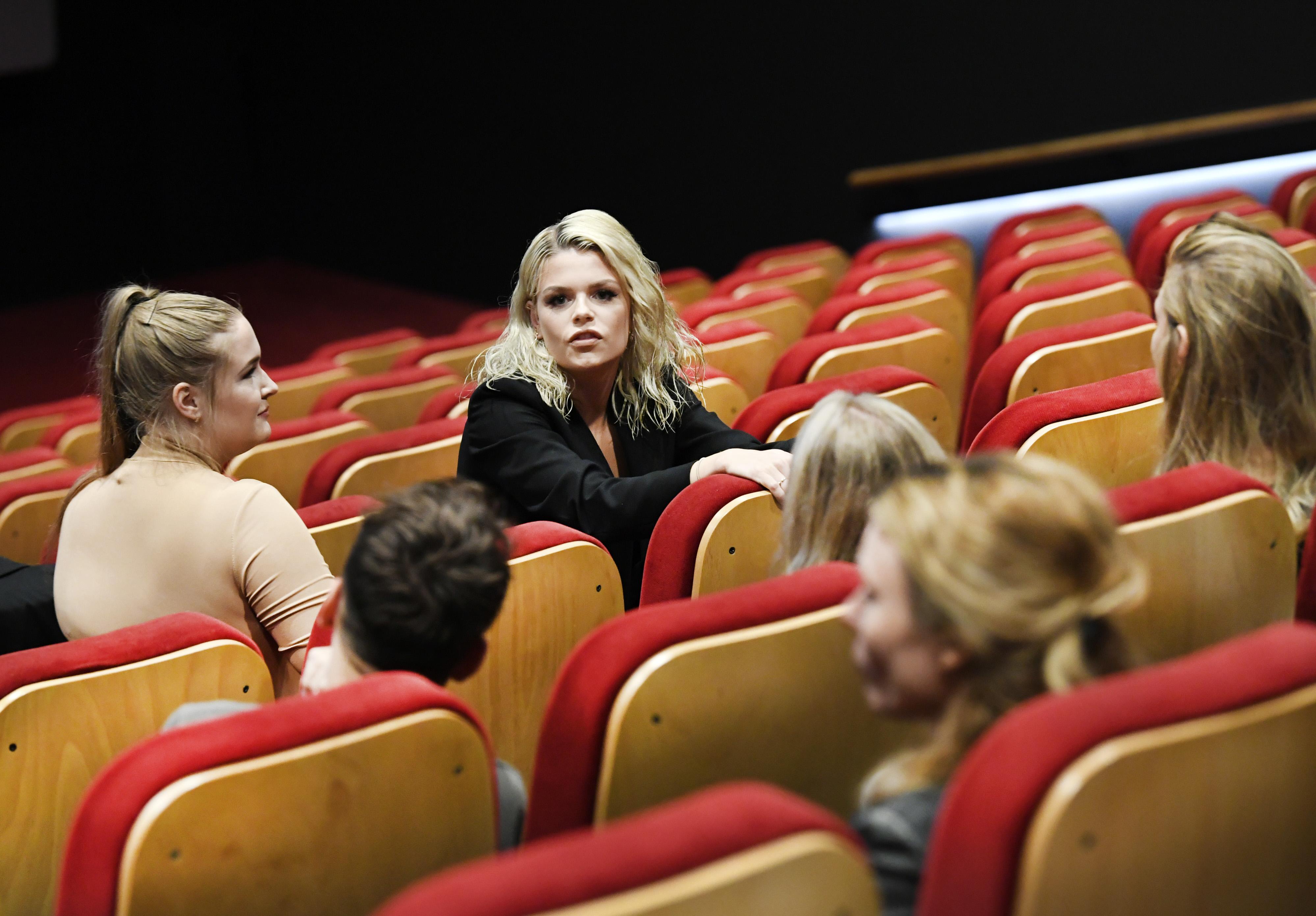 Een foto van Davina Michelle tijdens de premiere van de bioscoopfilm my own world van de zangeres in de Pathé-bioscoop in Utrecht.