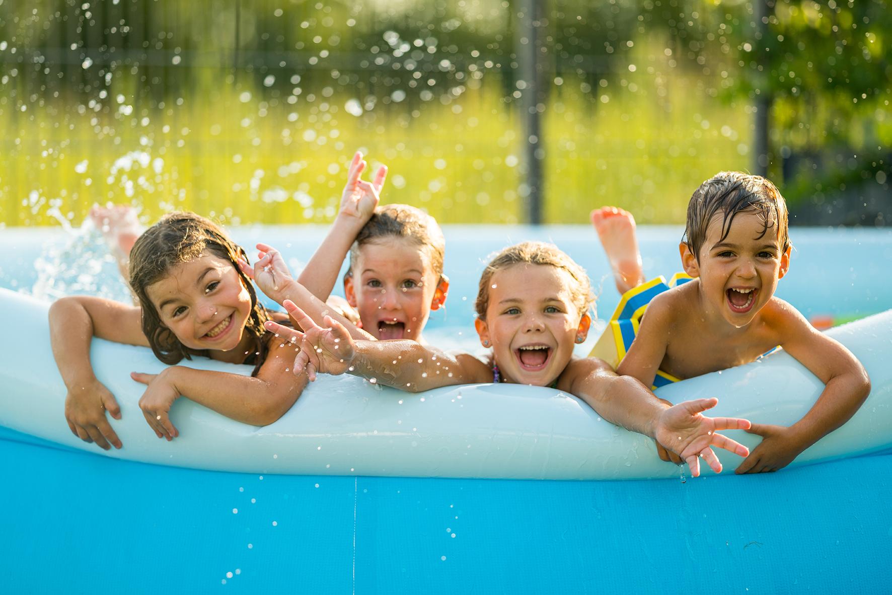 Op deze foto zie je spelende kinderen in een badje