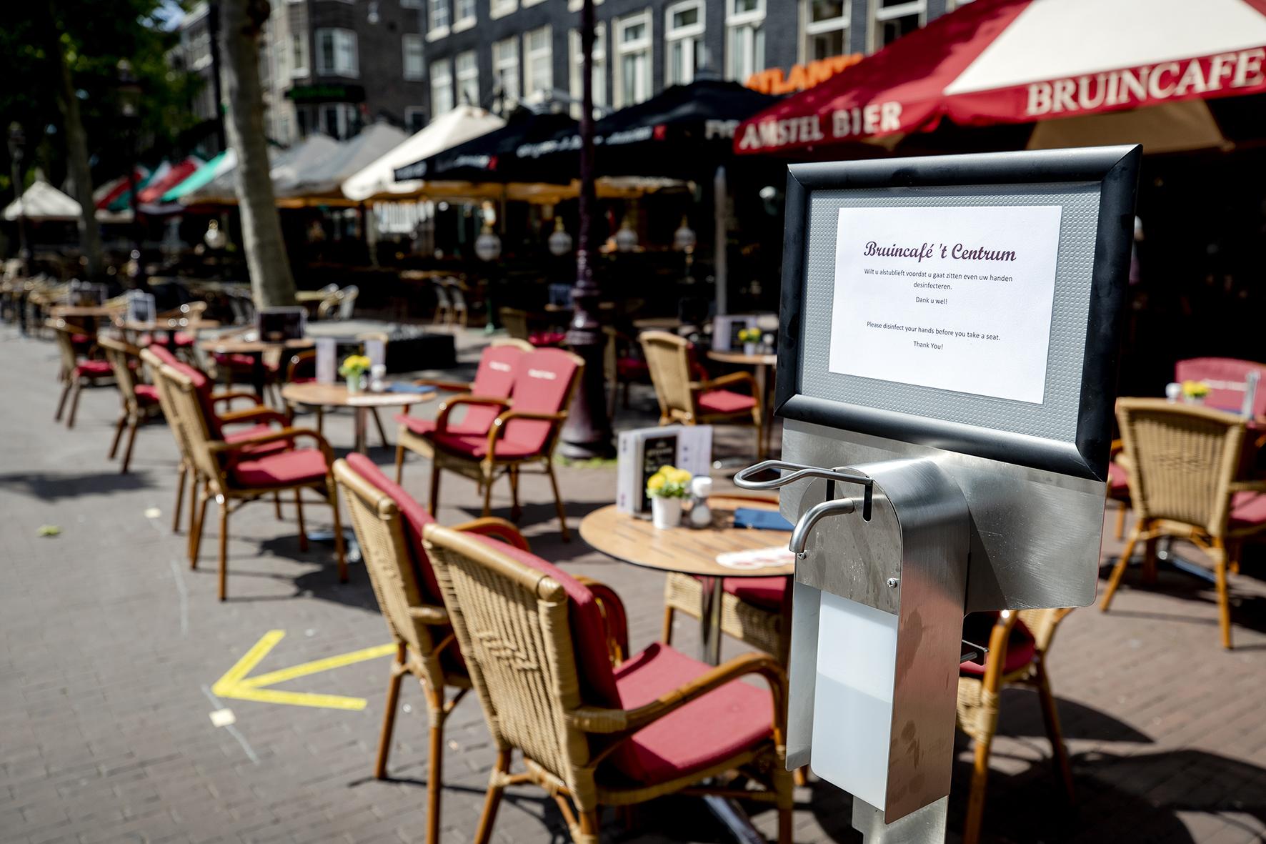 Op deze foto zie je desinfectiegel bij een terras aan het Rembrandtplein. De maatregelen om verspreiding van het coronavirus tegen te gaan zijn versoepeld, onder meer voor groepen, horeca, onderwijs en culturele instellingen.