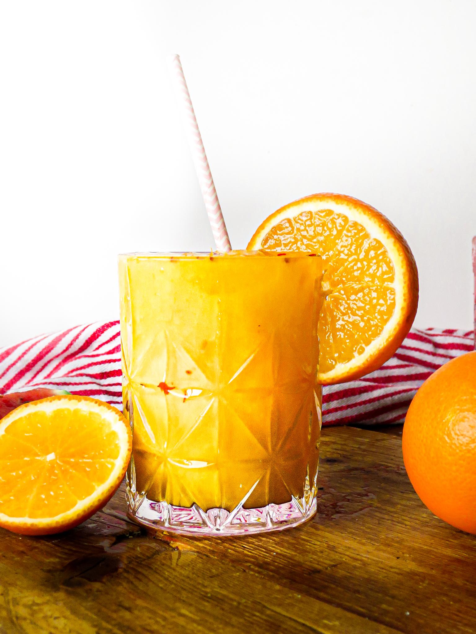Op deze foto zie je zomers drankje met sinaasappelsap, oranjebloesem en chili