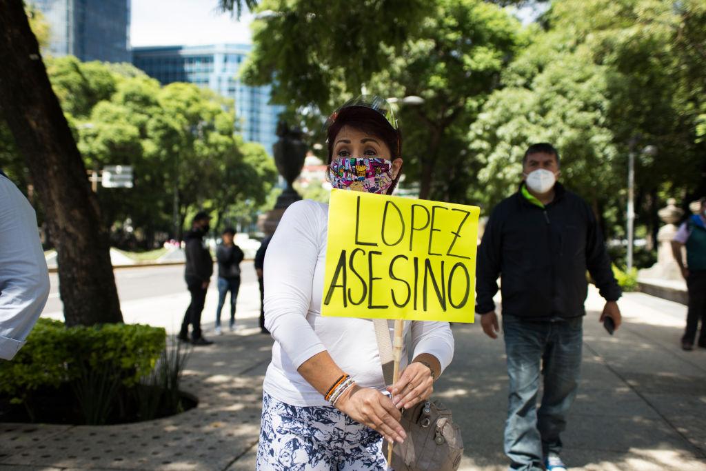 Een foto van een vrouw die protesteert tegen Andres Manuel Lopez Obrador