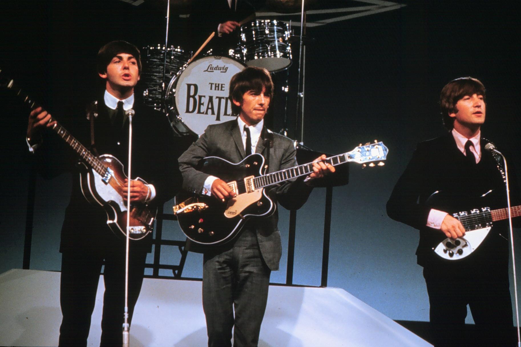 Een foto van een optreden van The Beatles met Paul McCartney
