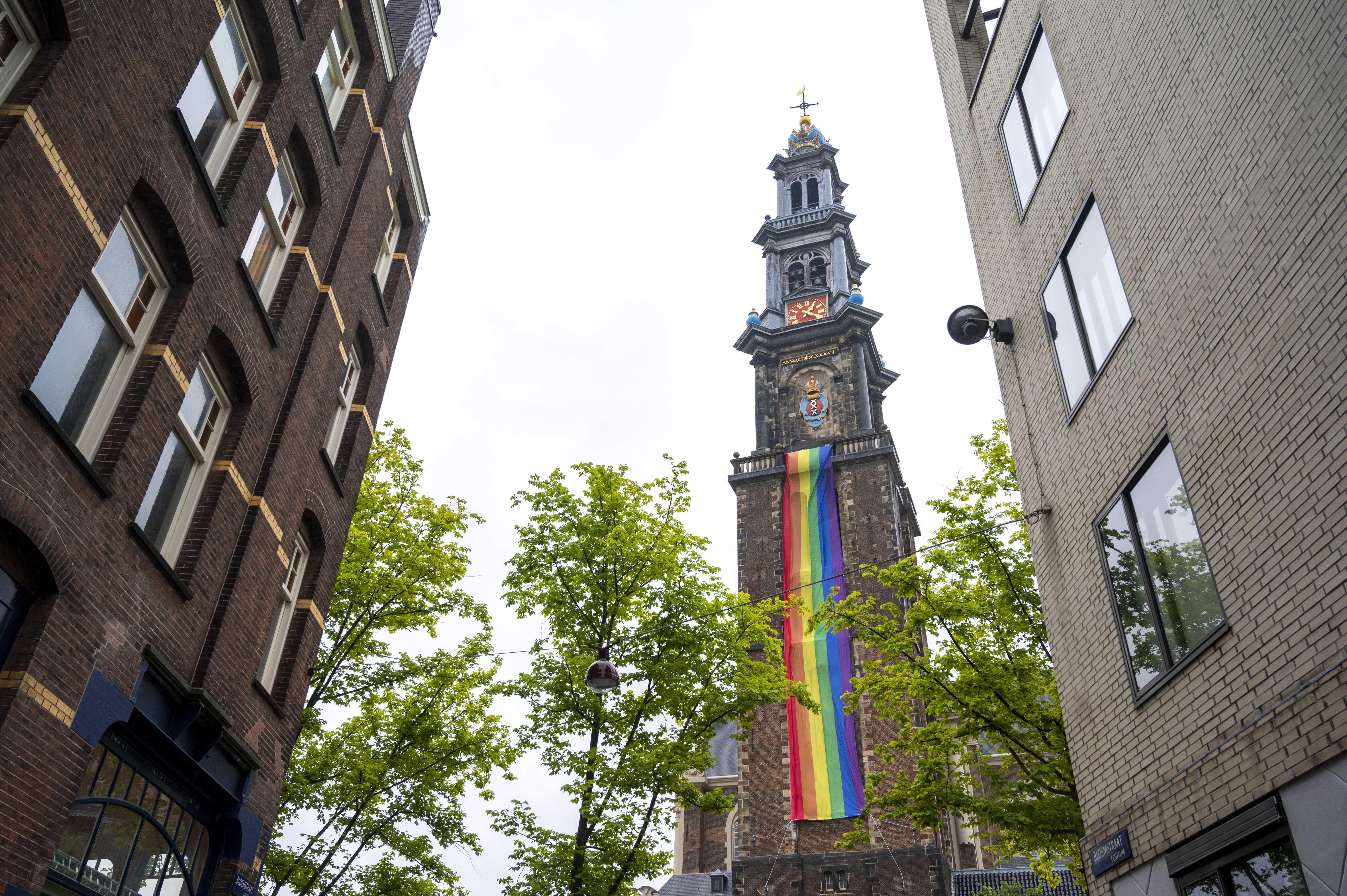 Een foto van een Pridevlag aan de Westerkerk in Amsterdam