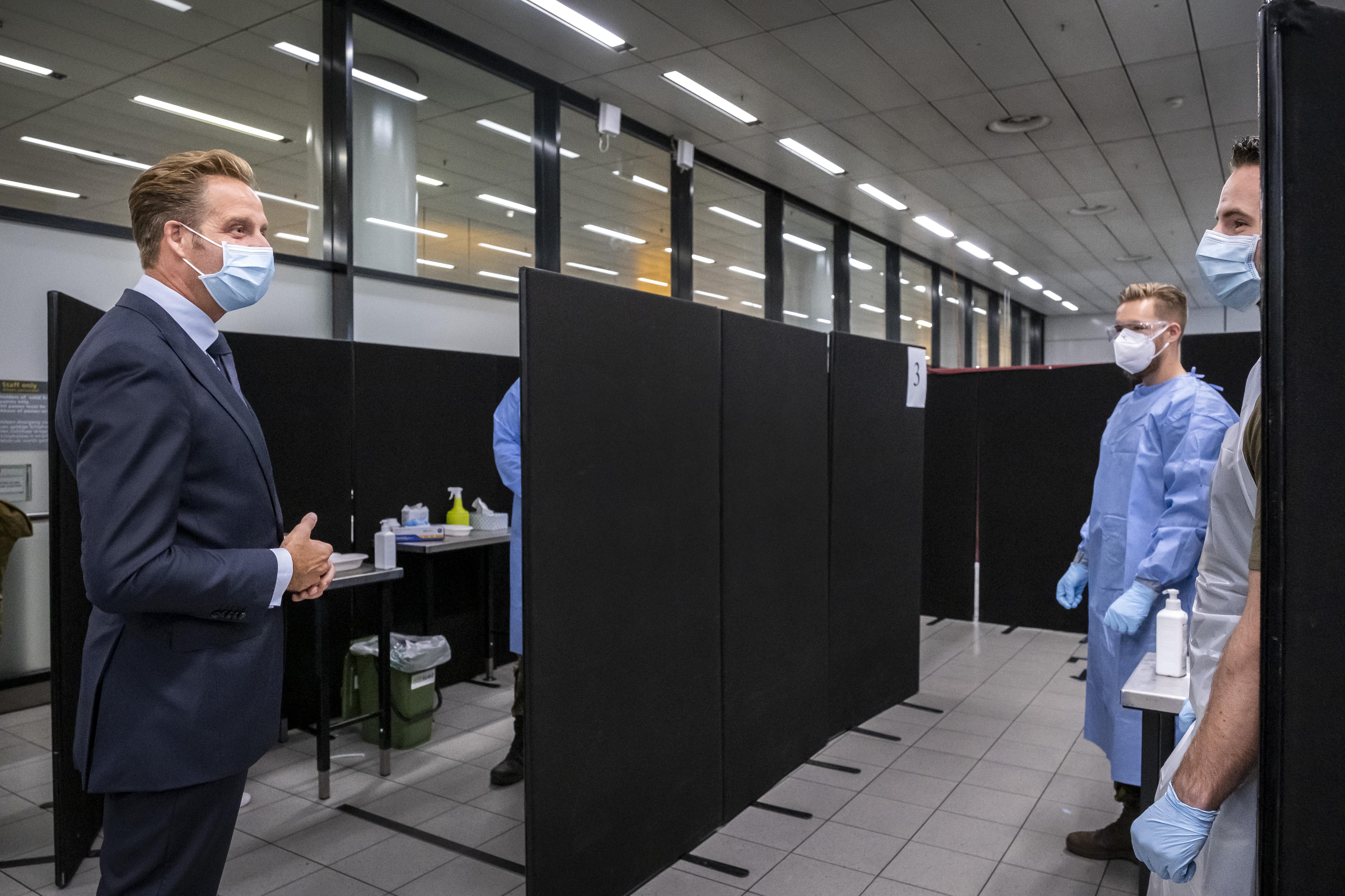 Een foto van minister Hugo de Jonge bij de teststraat
