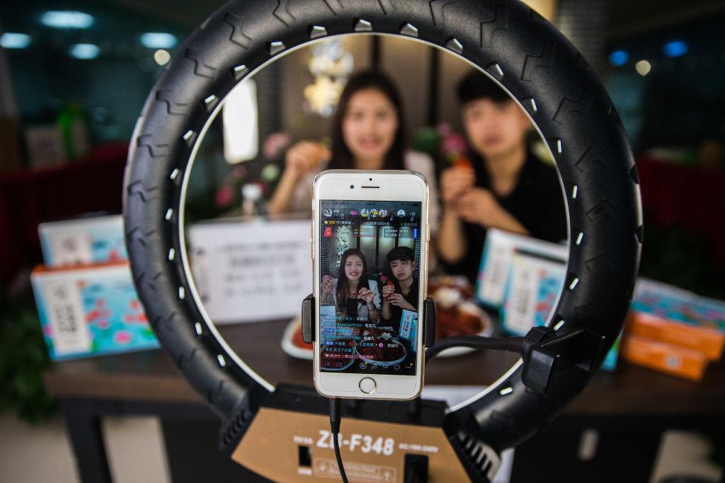 Een foto van twee tieners die een TikTok-video maken