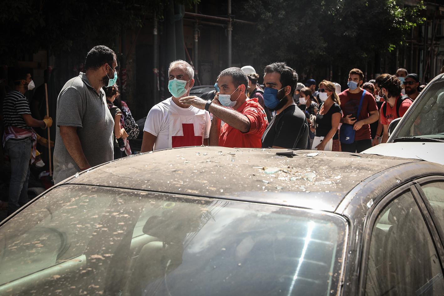 Het Libanese Rode Kruis checkt burgers de dag na de enorme explosie